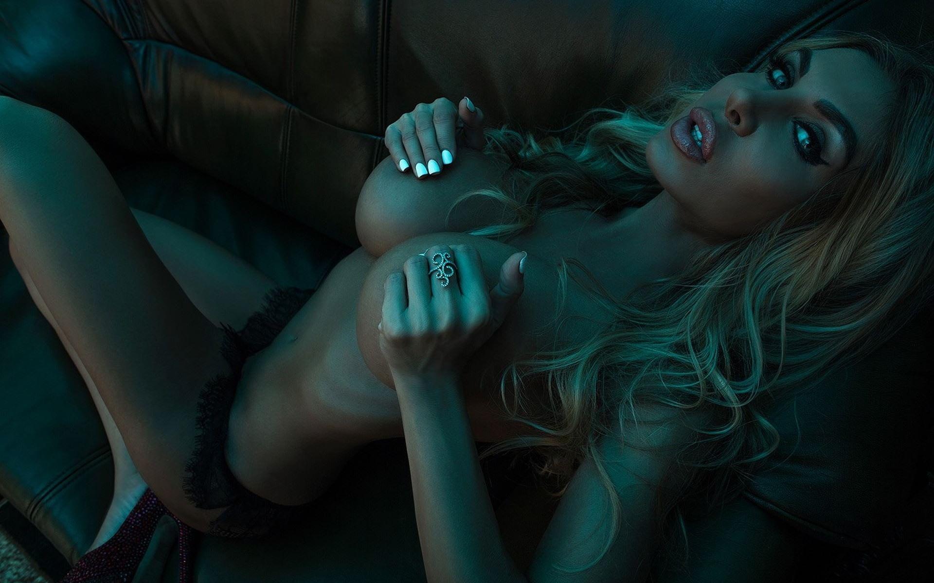 Фото Губастая блондинка сжимает голую грудь на диване, блондинка ласкает свои упругие сиськи и гладит соски, пухлые губки, скачать картинку бесплатно