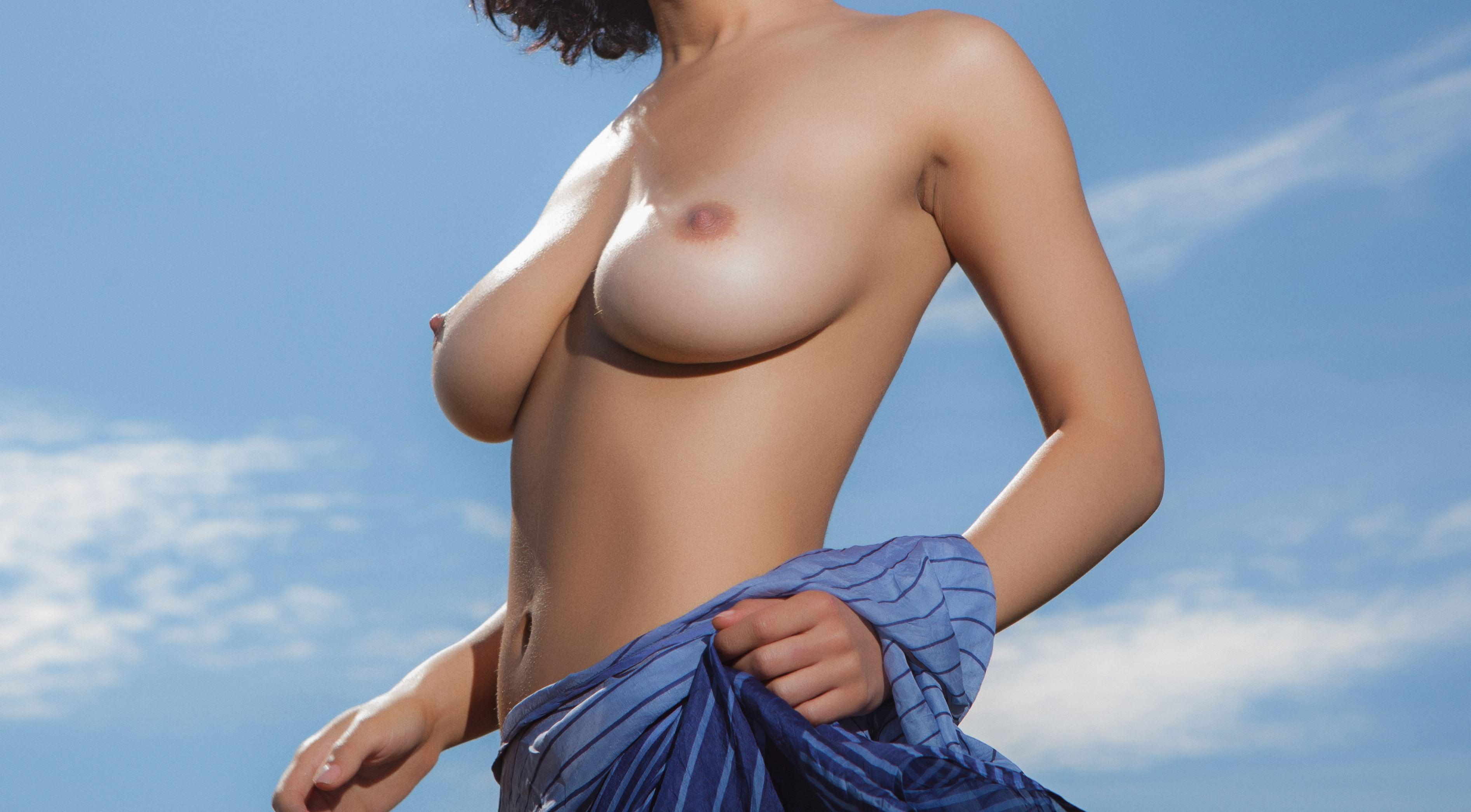 Фото Голые сиськи, девушка разделась на улице, острые соски, облака, скачать картинку бесплатно