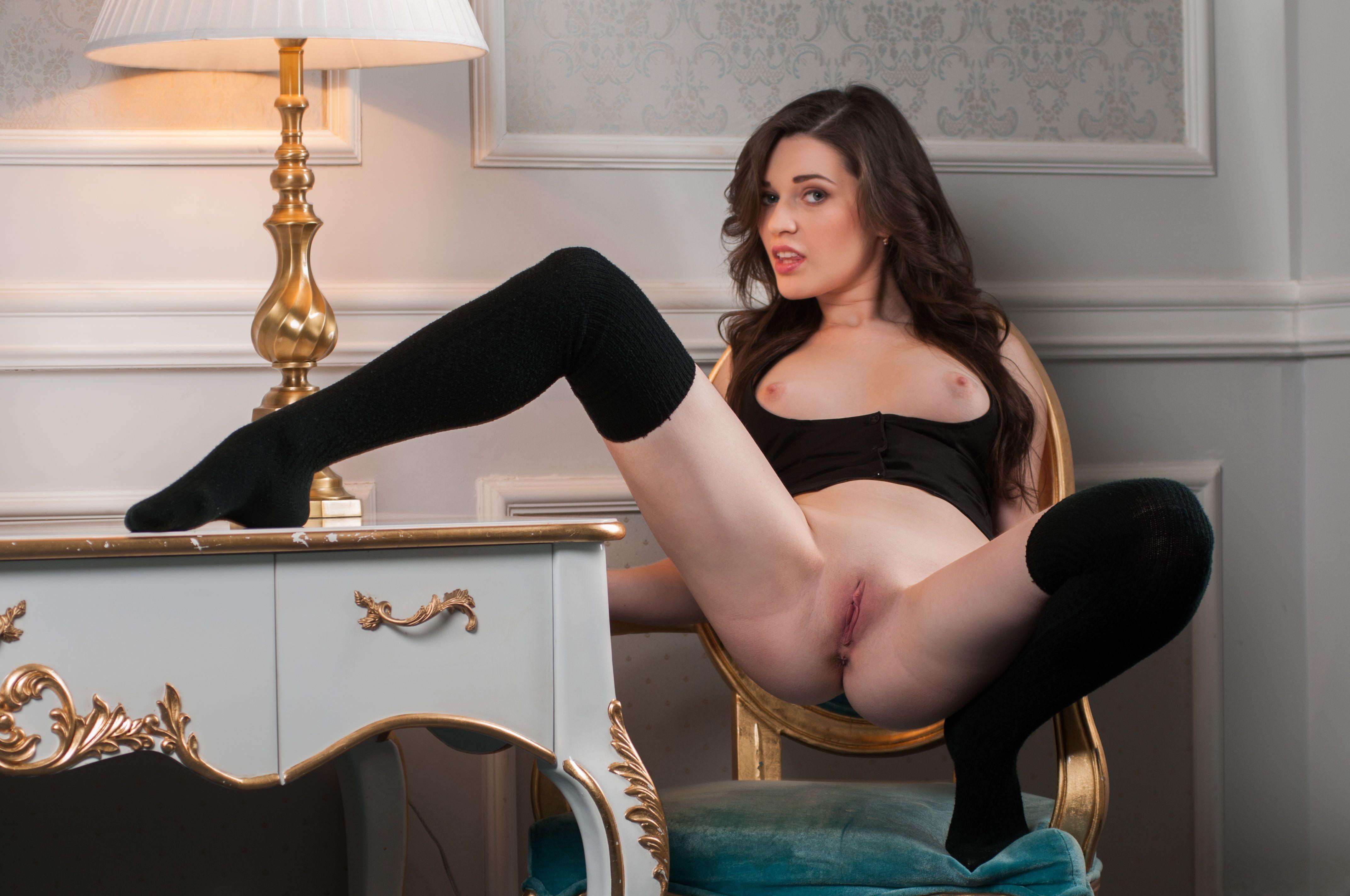 Фото Девушка в черных гольфах сексуально извивается на стуле без трусиков, брюнетка, бритая розовая пизда, сексуальные ножки, скачать картинку бесплатно