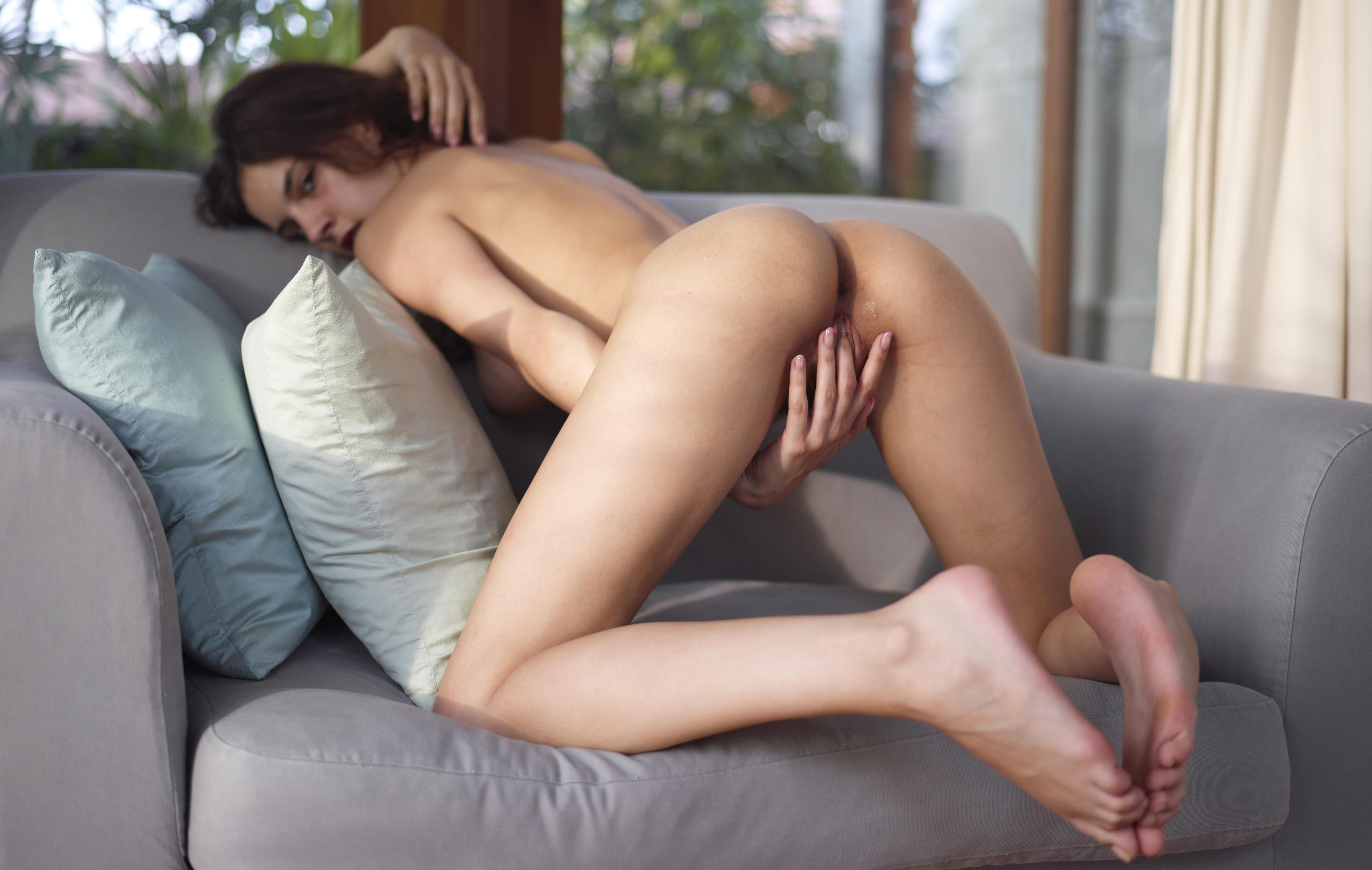 Фото Голая девка ласкает пизду на диване, встала раком, упругая попа, пальчики гладят клитор, скачать картинку бесплатно