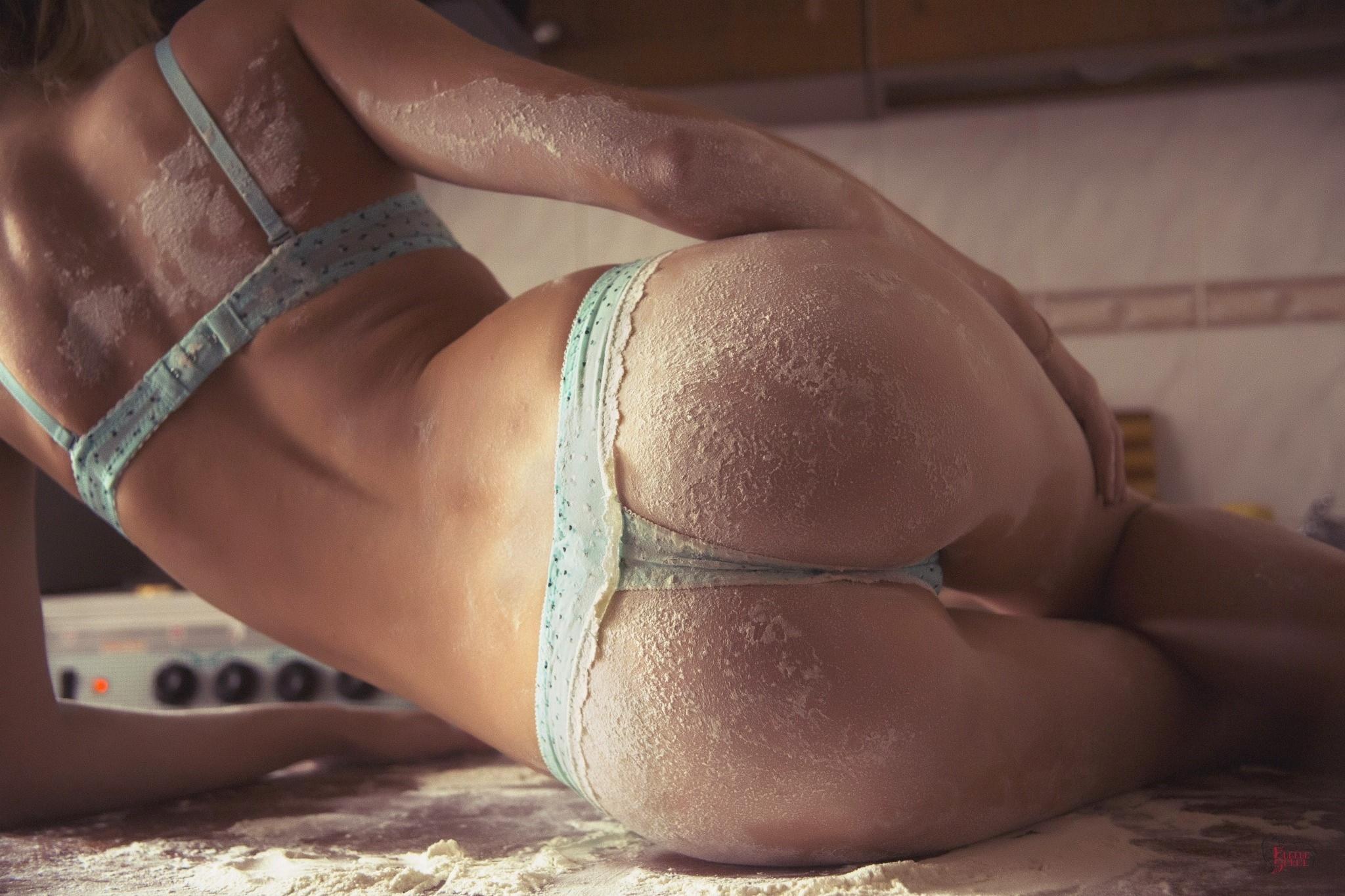 Фото Сексуальная домохозяйка в голубых стрингах и лифчике на столе с мукой, сексуальное тело в муке, мучная попка. Sexy girl in flour, light blue underwear, sexy body, blue panties, sexy ass, lingerie girl on a table, скачать картинку бесплатно