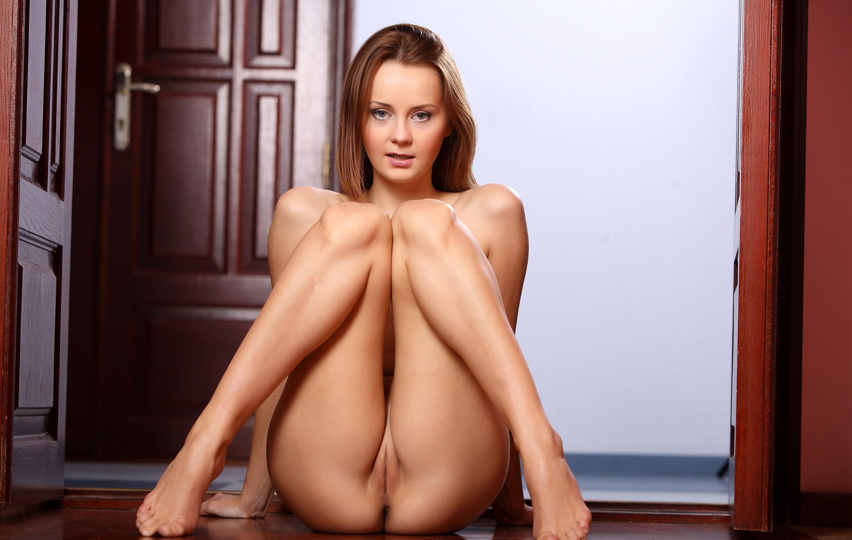 Фото Голая девушка присела на пол и эротично двигает ножками, упругая попа, красивая щелка между ног, сексуальные колени, скачать картинку бесплатно