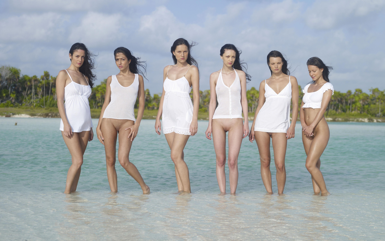 Фото Шесть раскрепощенных девушек в белых майках и платьях на море, девушки без трусиков в воде, скачать картинку бесплатно
