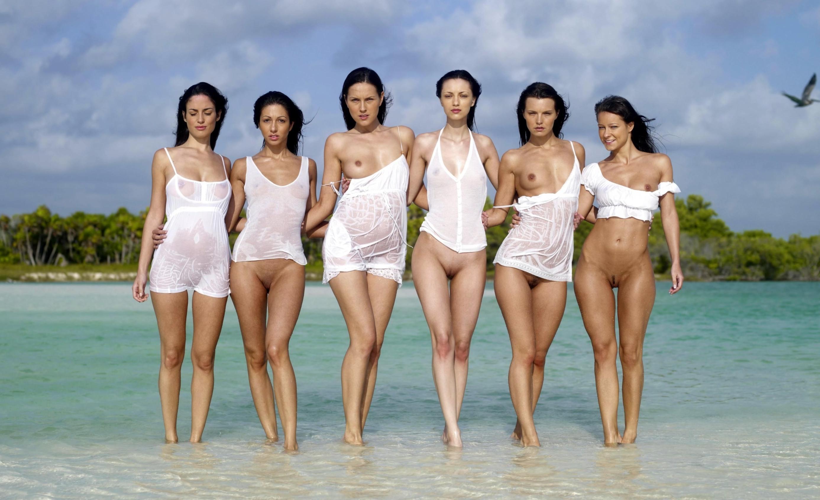 Фото Шесть раскрепощенных девушек в белых майках и платьях в воде, девушки без трусиков показали сиськи и пезды, море, пляж, скачать картинку бесплатно