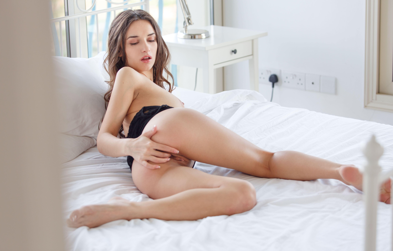 Фото Возбужденная девушка мастурбирует в кровати, ласкает свои дырочки, гладит попку, скачать картинку бесплатно