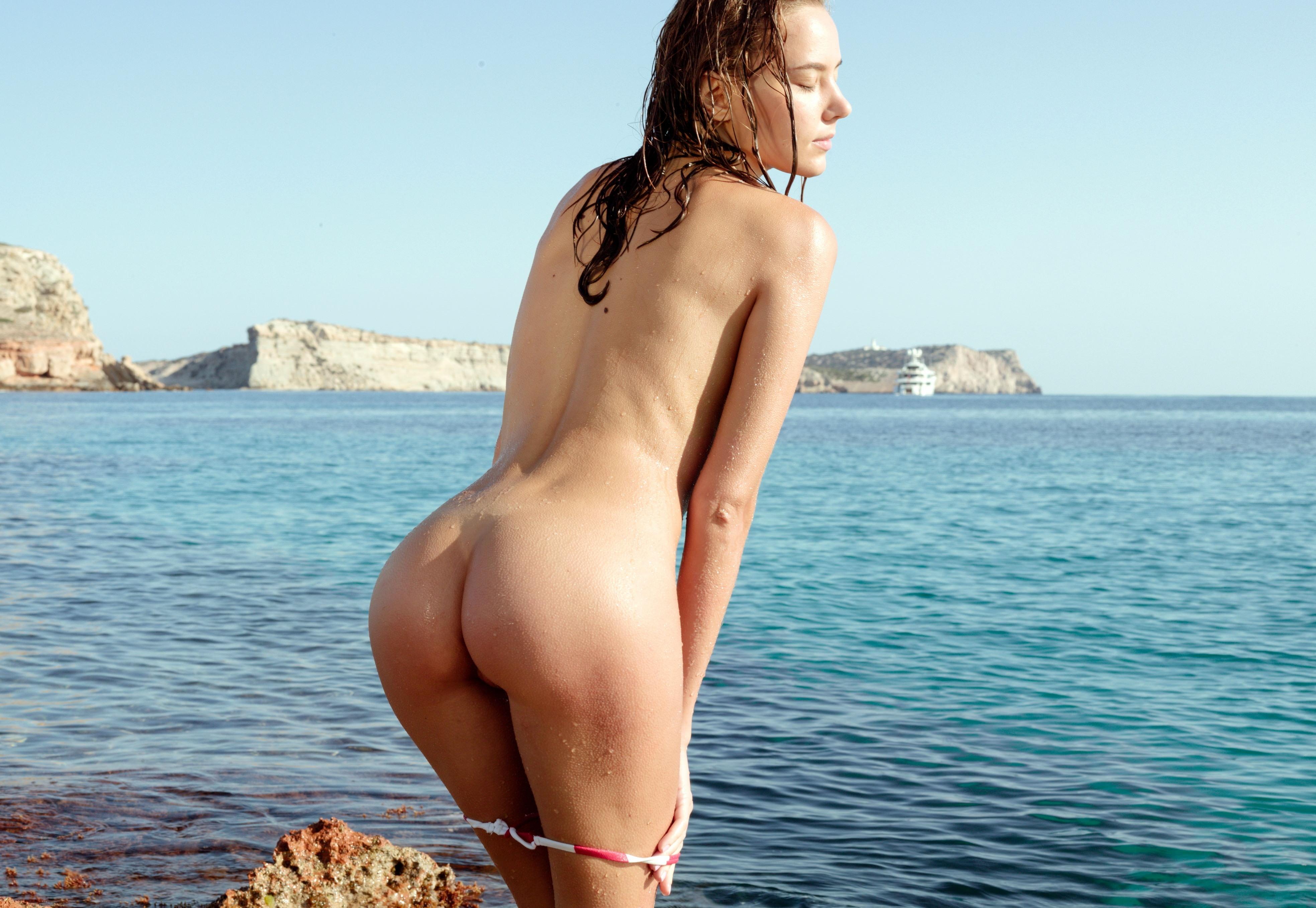 Фото Соблазнительная Катя Гловер снимает трусики на море, сексуальная мокрая попка, скачать картинку бесплатно