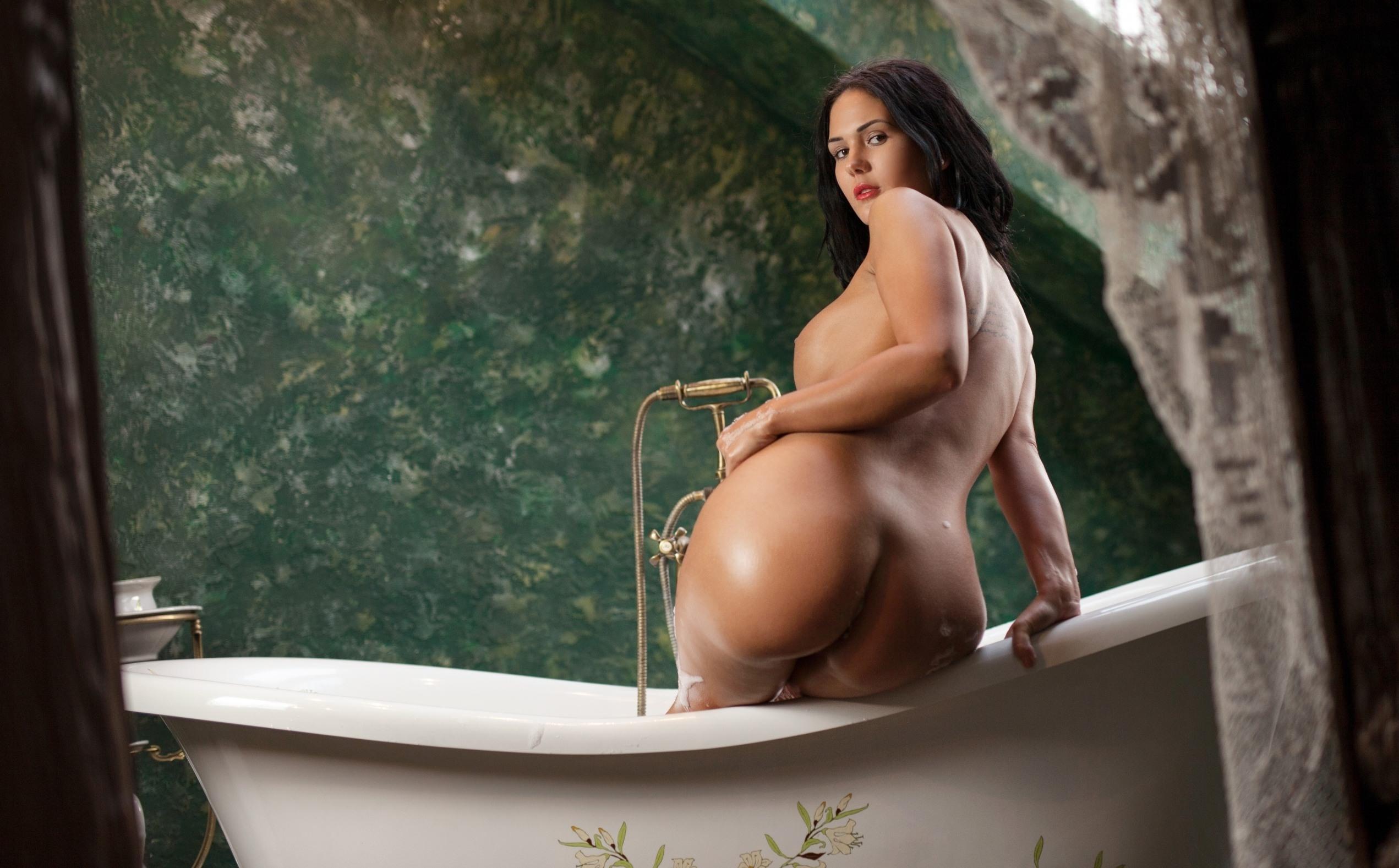 Фото Жгучая брюнетка в ванной, высунула аппетитную большую попку, мокрая задница, скачать картинку бесплатно