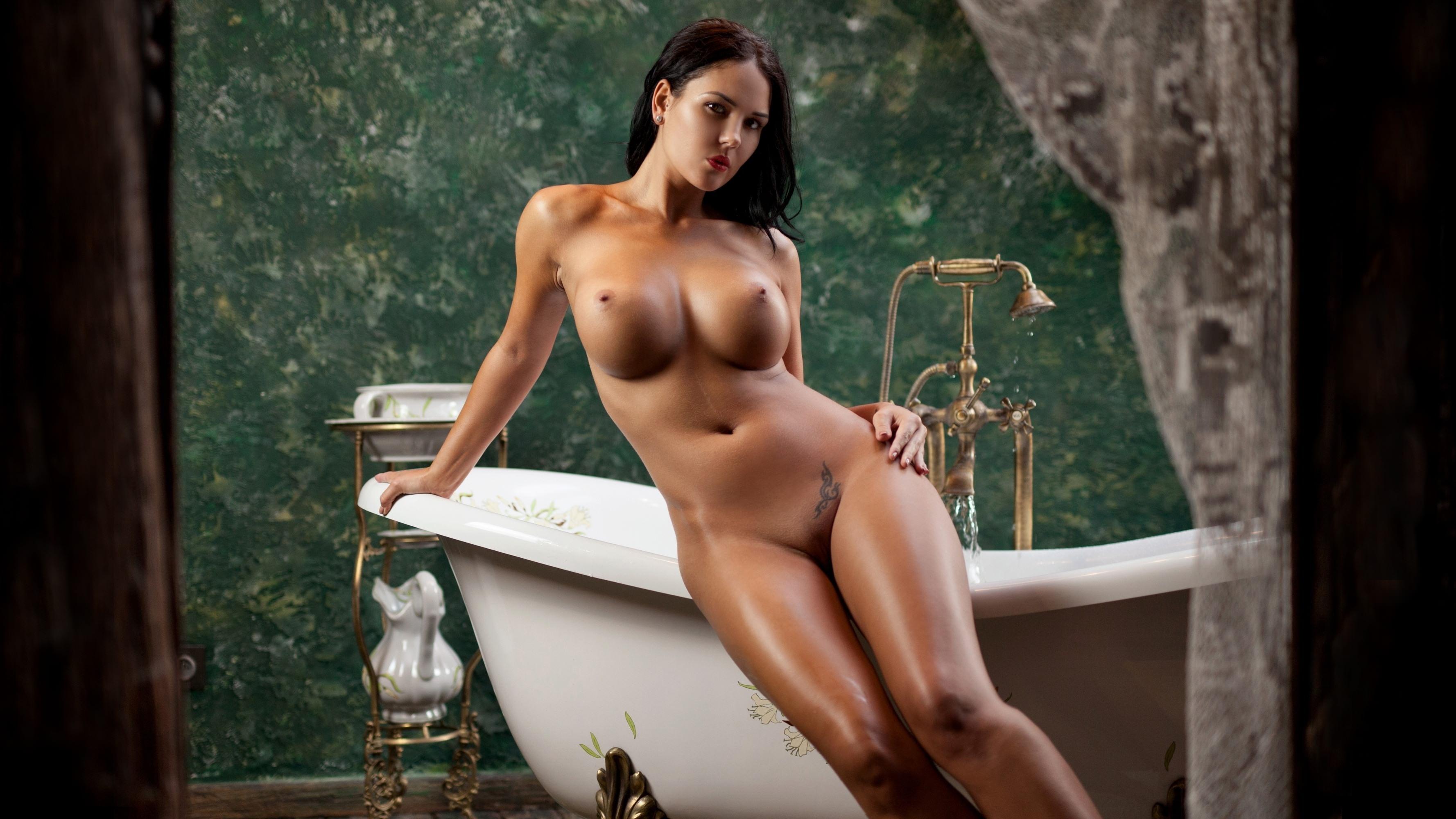 Фото Сисястая жгучая брюнетка позирует в эротической позе на краю ванны, мокрые ножки, большие красивые сиськи, сочные ляжки, скачать картинку бесплатно