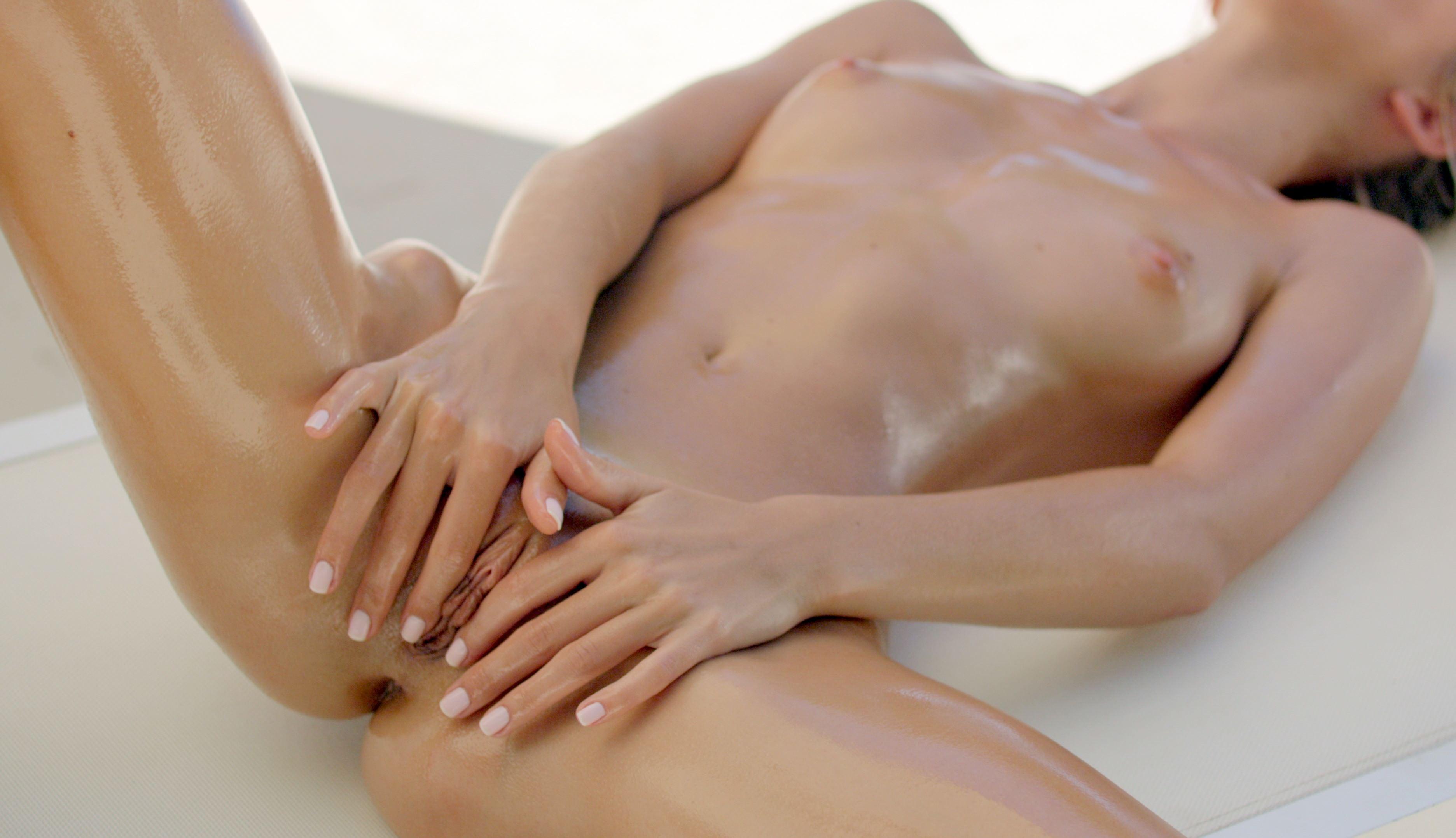 Фото Голая девушка измазана в масле, ляжки блестят, сжимает пизду, сжала половые губы, скачать картинку бесплатно