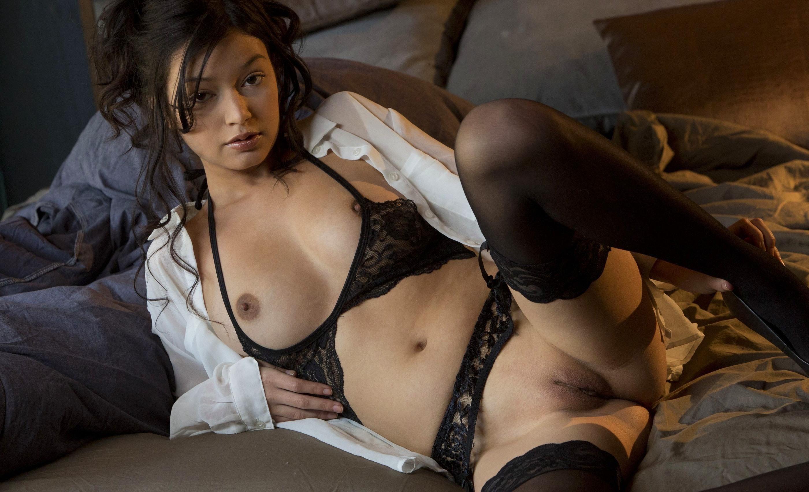 Фото Сексуальная брюнетка в черном нижнем белье в постели, бритая киска, чулки, стянула лифчик, сняла трусы, красивая гладкая пизда, скачать картинку бесплатно