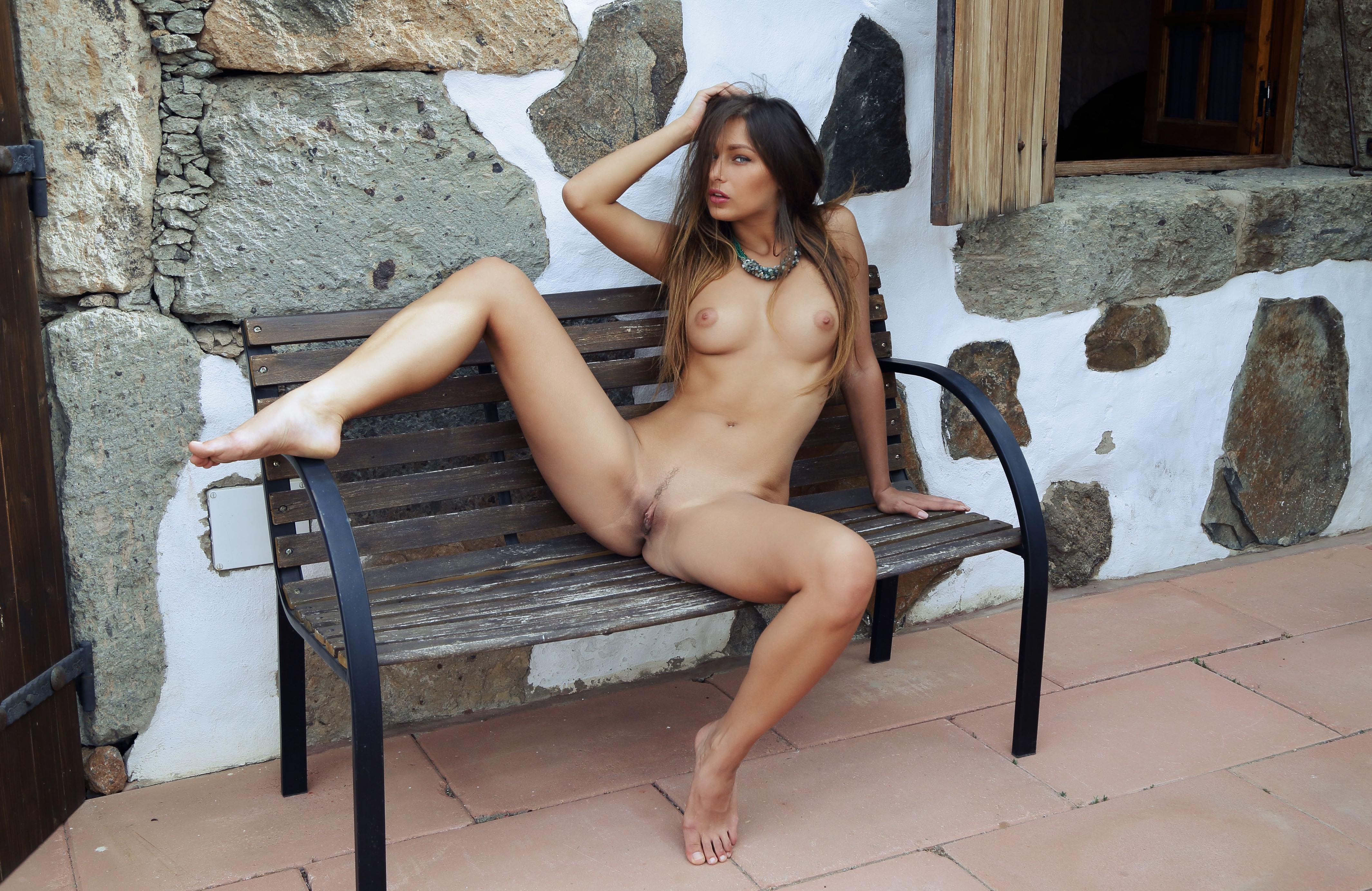 Фото Соблазнительная голая девушка на расселась у лавки возле дома, раздвинула ножки, скачать картинку бесплатно