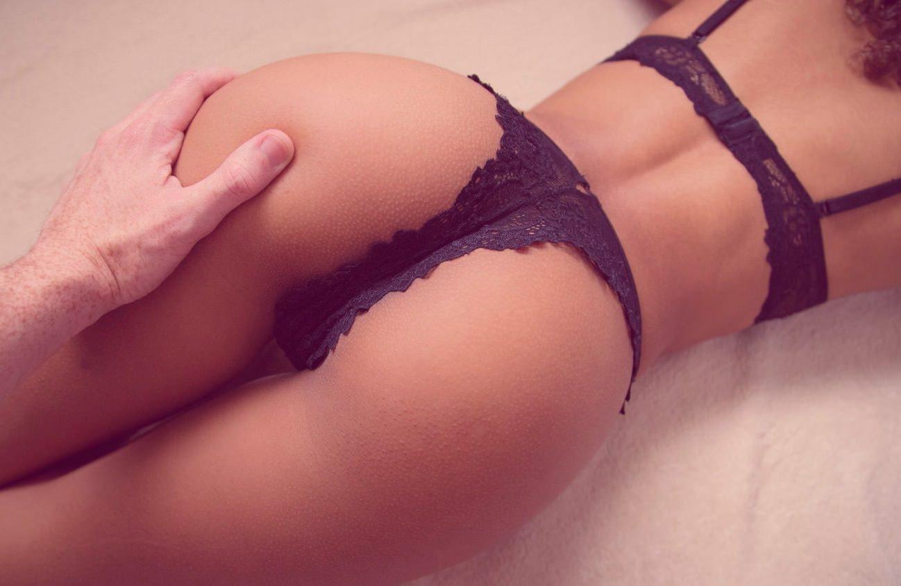 Фото Мужская рука нежно сжимает красивую упругую попку девушки в черном эротическом нижнем белье. Кружевные трусики, сексуальные бедра. Sexual girl in black underwear, lingerie girl, black lacy panties, black bra, man's hand on the ass, sexy ass, скачать картинку бесплатно