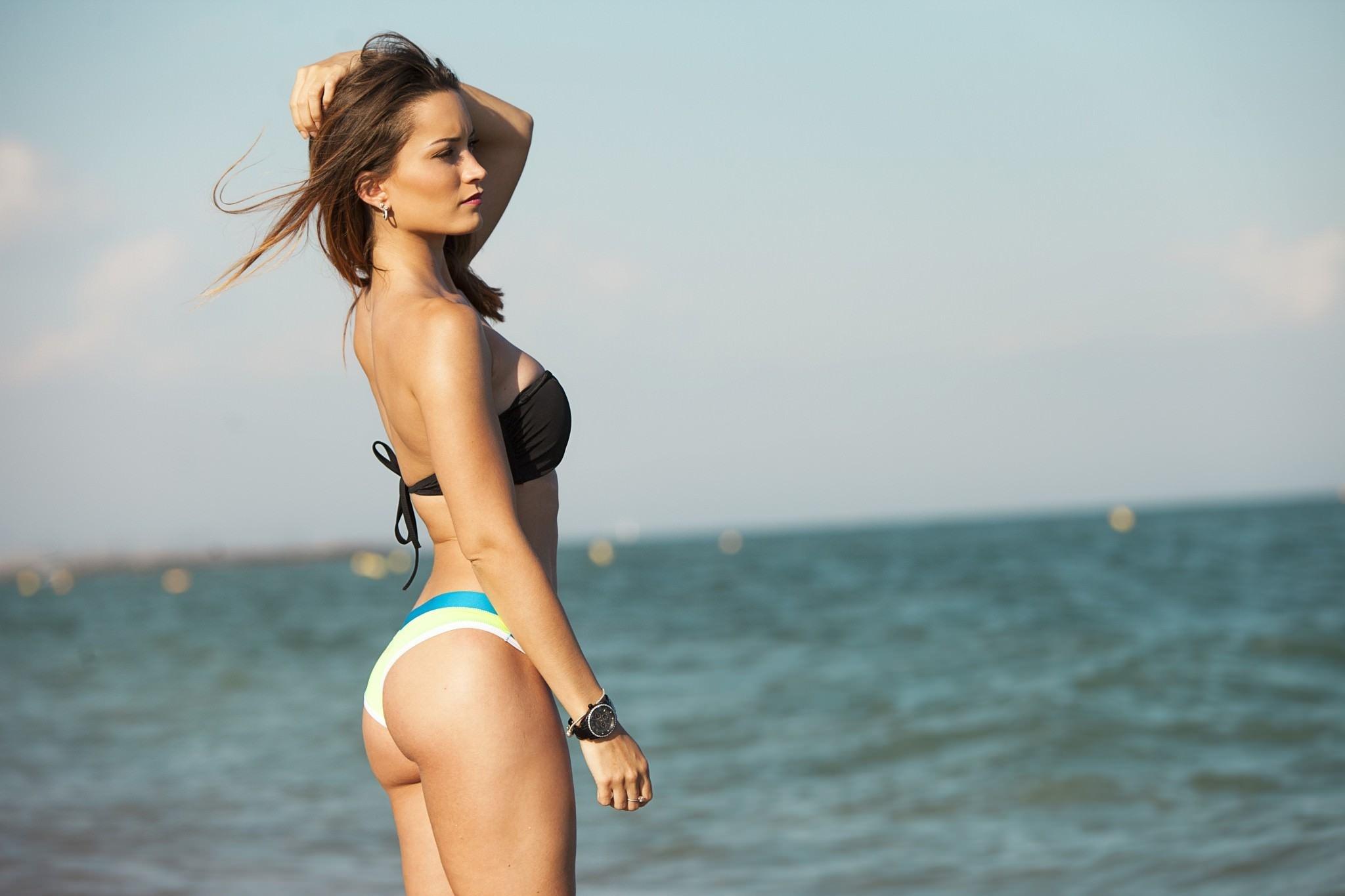 Фото Молодая девушка, море, бикини, сочные бедра, красивая попа, брюнетка, скачать картинку бесплатно