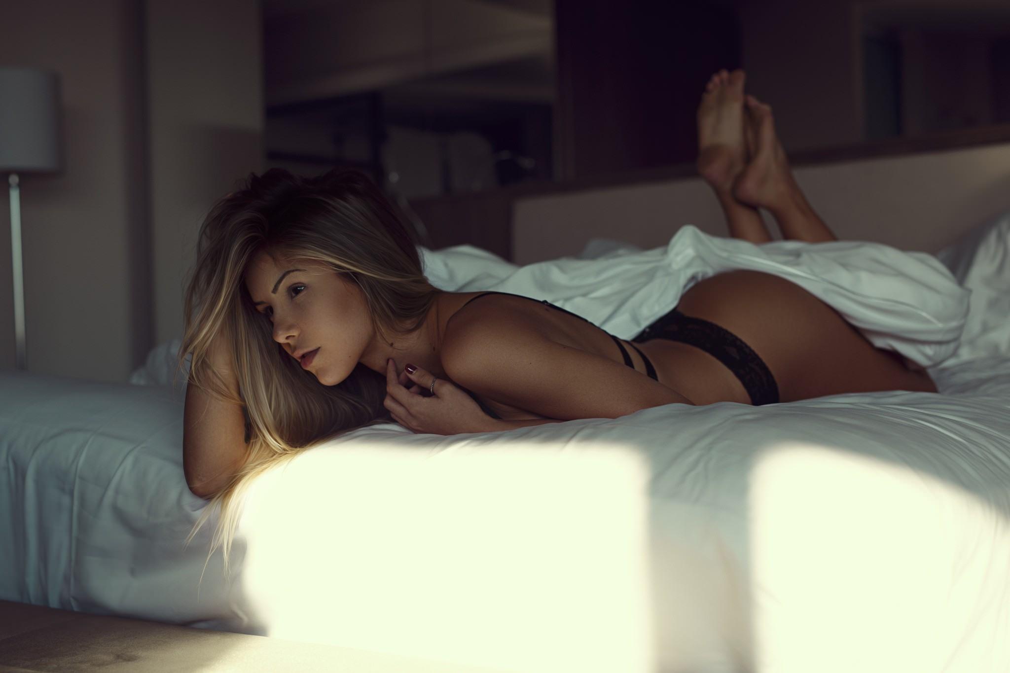 Фото Красивая девушка кувыркается в постели утром, черные трусики, скачать картинку бесплатно