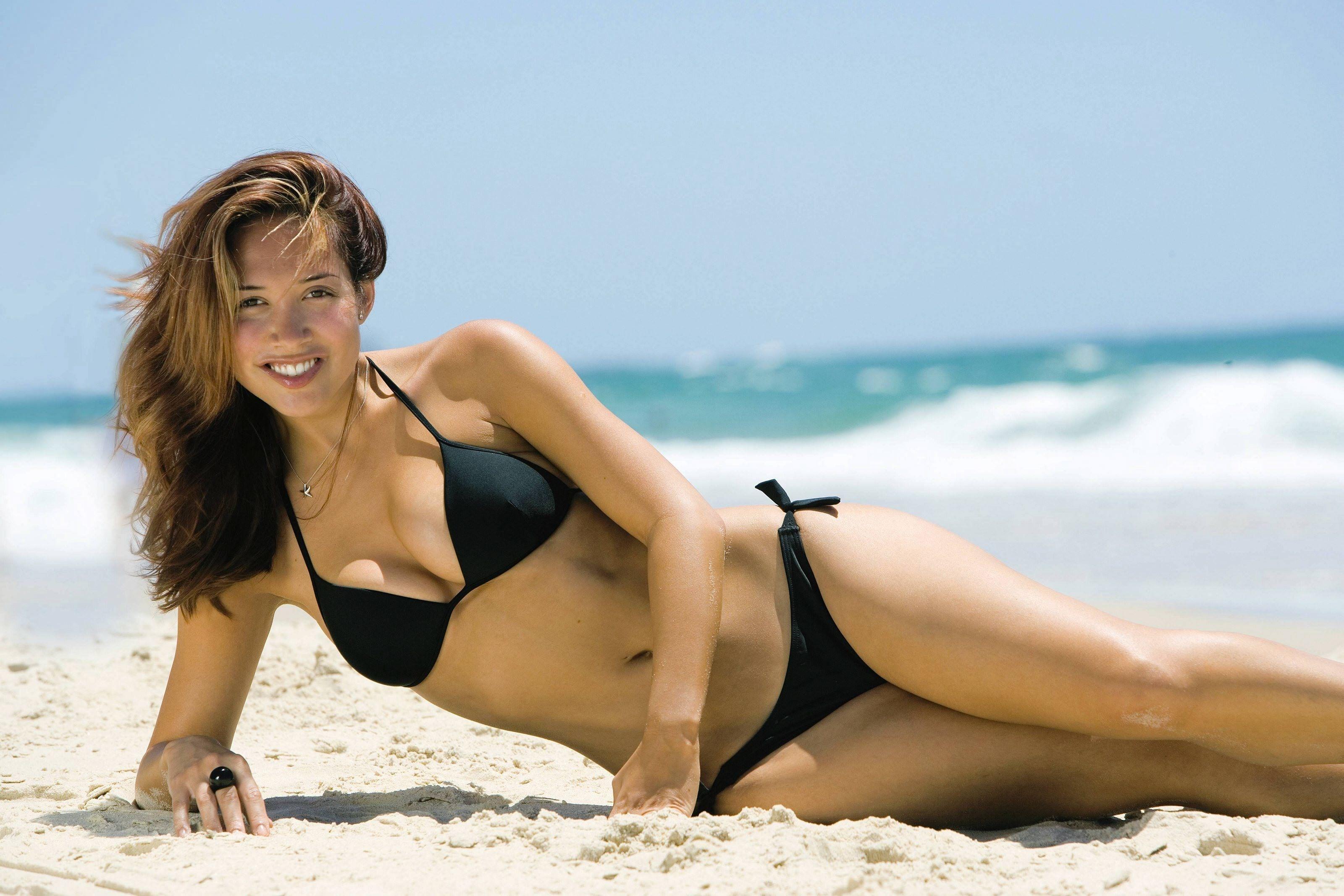 Фото Веселая девушка в черном бикини, горячий песок, море, улыбка, скачать картинку бесплатно