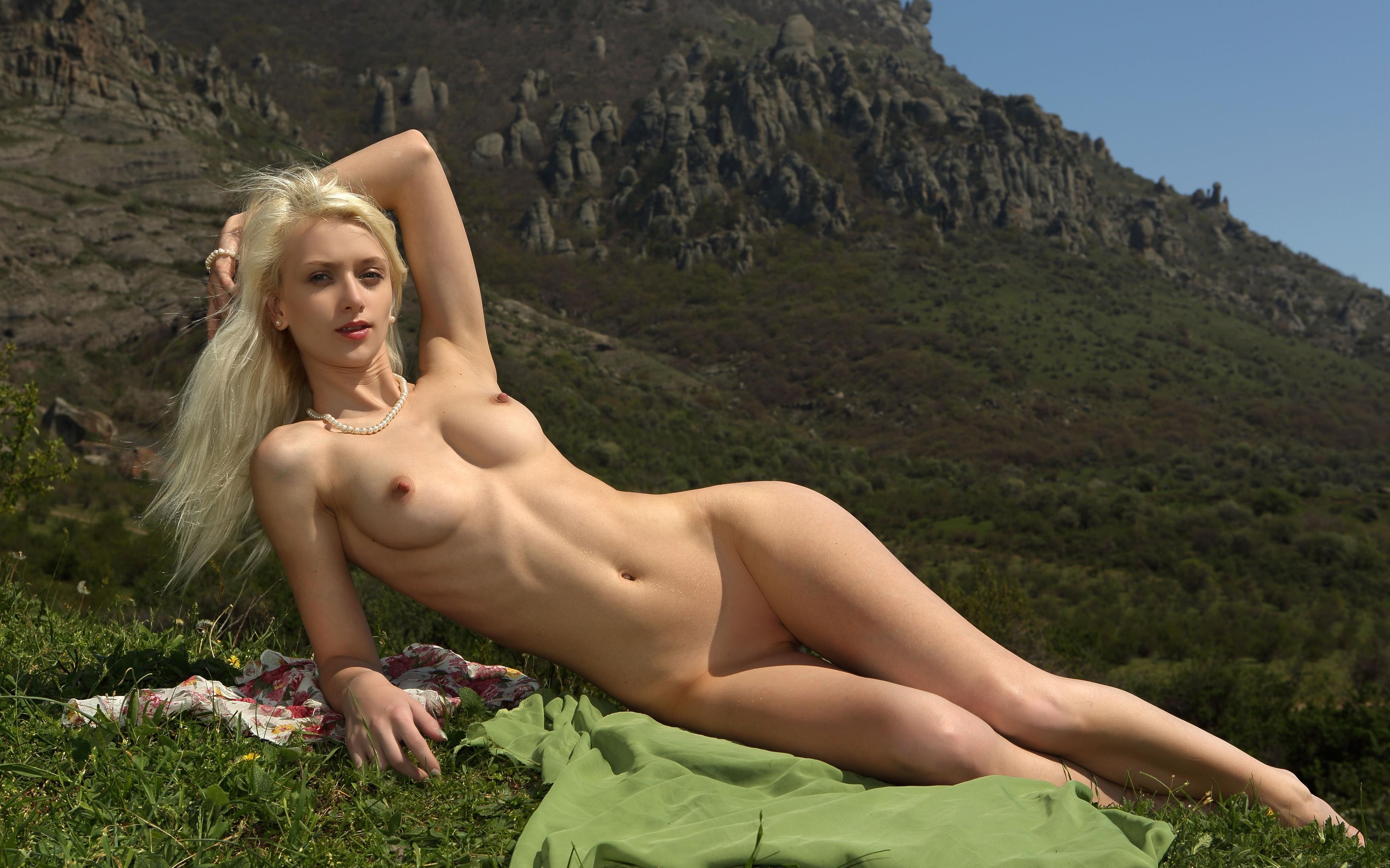 Фото Обнаженная блондинка в горах, сексуальное тело, шикарная фигура, трава, скачать картинку бесплатно