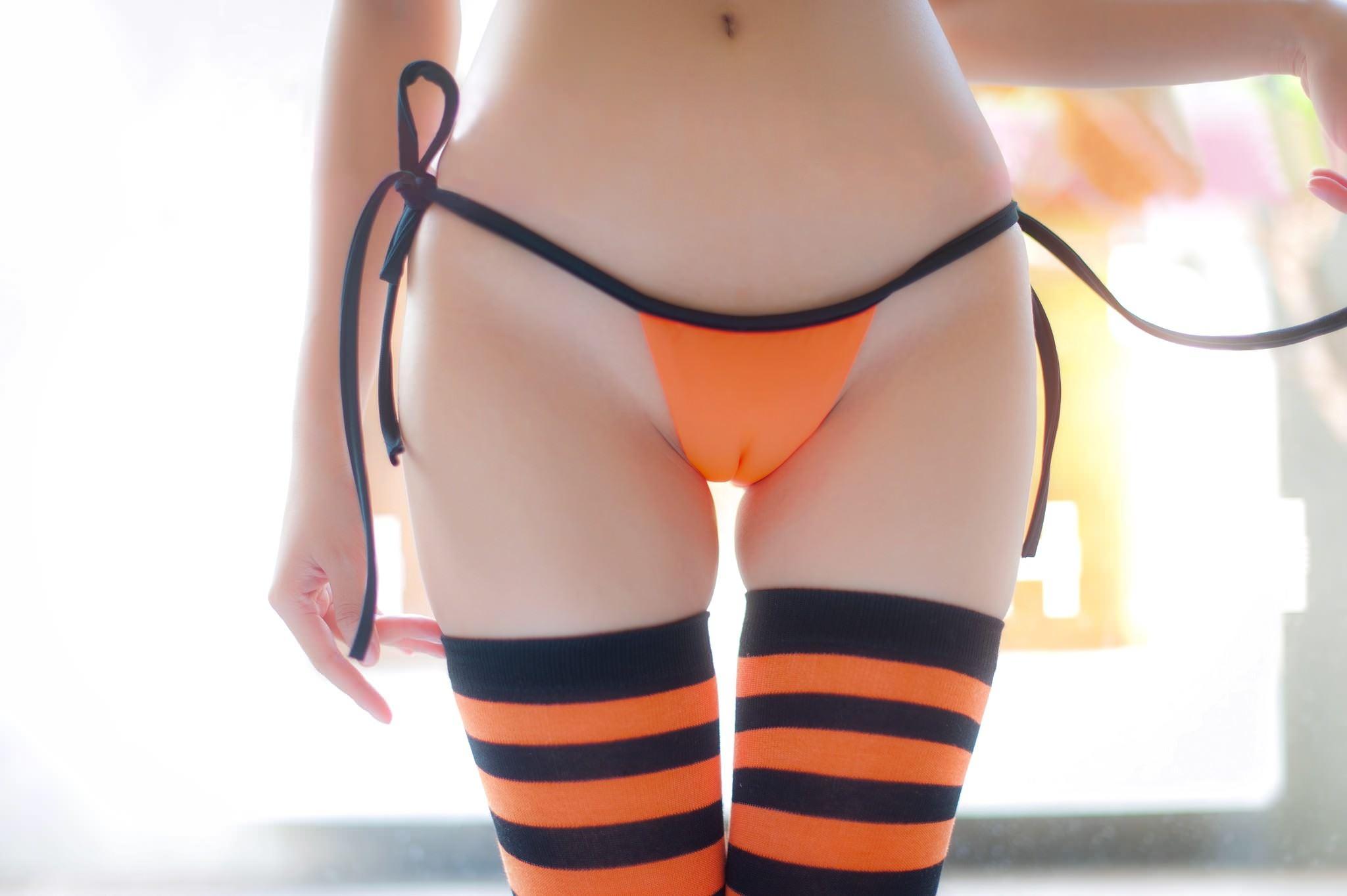 Фото Верблюжий горб, оранжевые трусики впились в писю, полосатые черно-оранжевые гольфы, скачать картинку бесплатно
