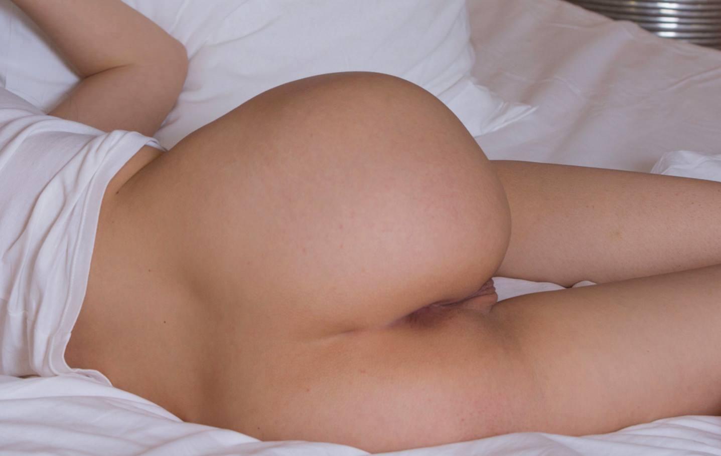 Фото Девушка в белой футболке спит без трусиков, желанная попа в постели, скачать картинку бесплатно