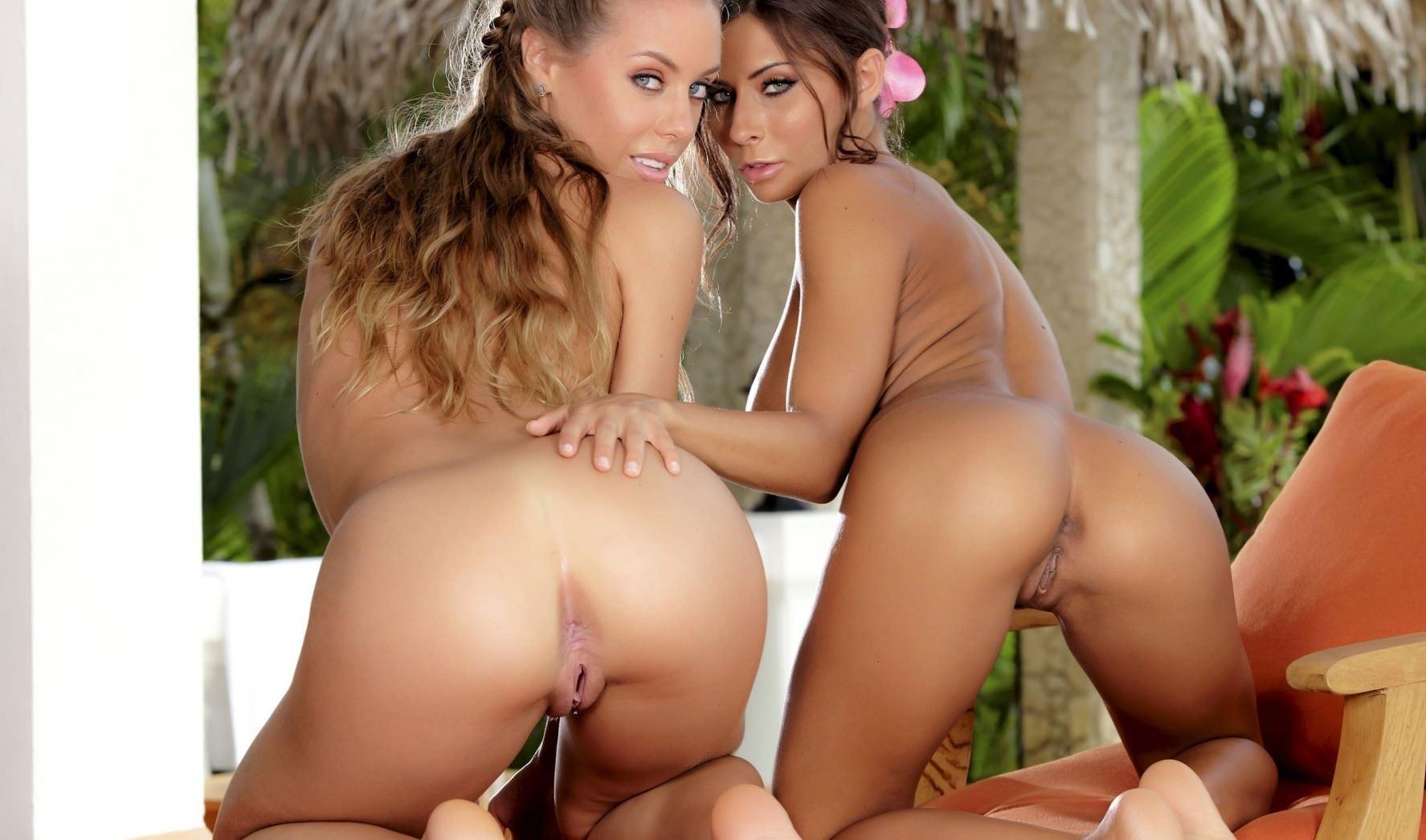 Фото Две голые девушки демонстрируют свои чудесные попки на веранде, скачать картинку бесплатно