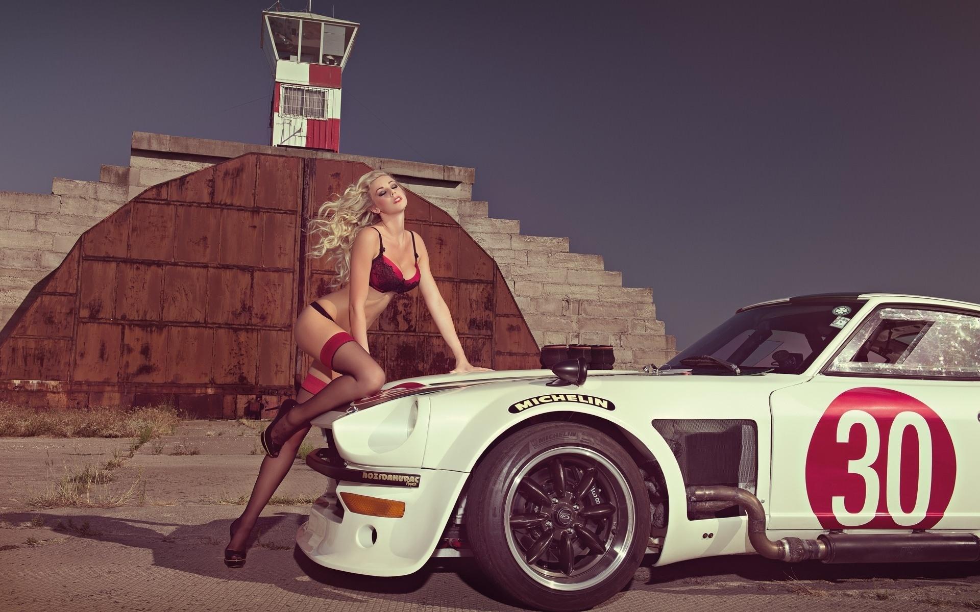 Фото Сексапильная блондинка закинула ножку на капот старого спорт кара, девушка в красном нижнем белье и чулочках, 30, скачать картинку бесплатно