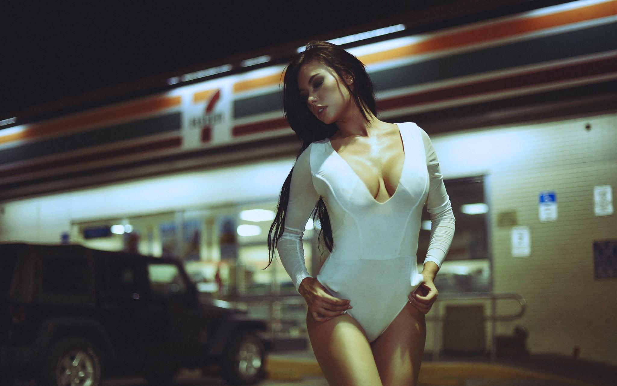 Фото Страстная девушка в белом боди, грудь взмокла, Гелентваген у магазина, скачать картинку бесплатно