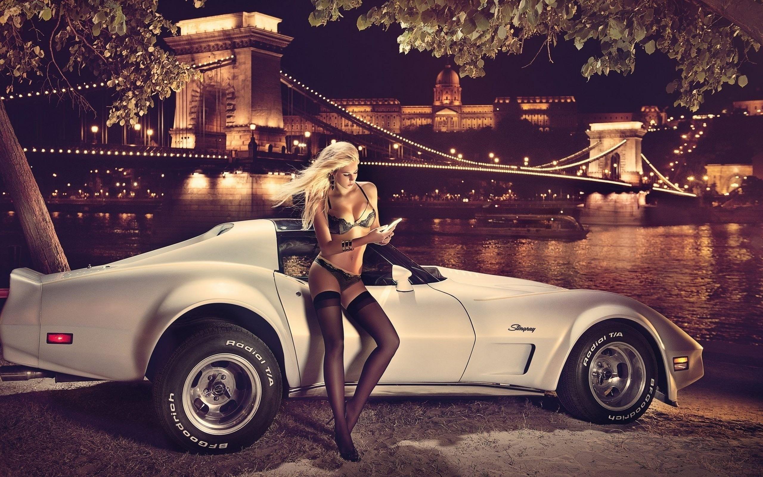 Фото Сексуальная блондинка, раритетный белый спорт кар, ночь, город, река, мост, скачать картинку бесплатно