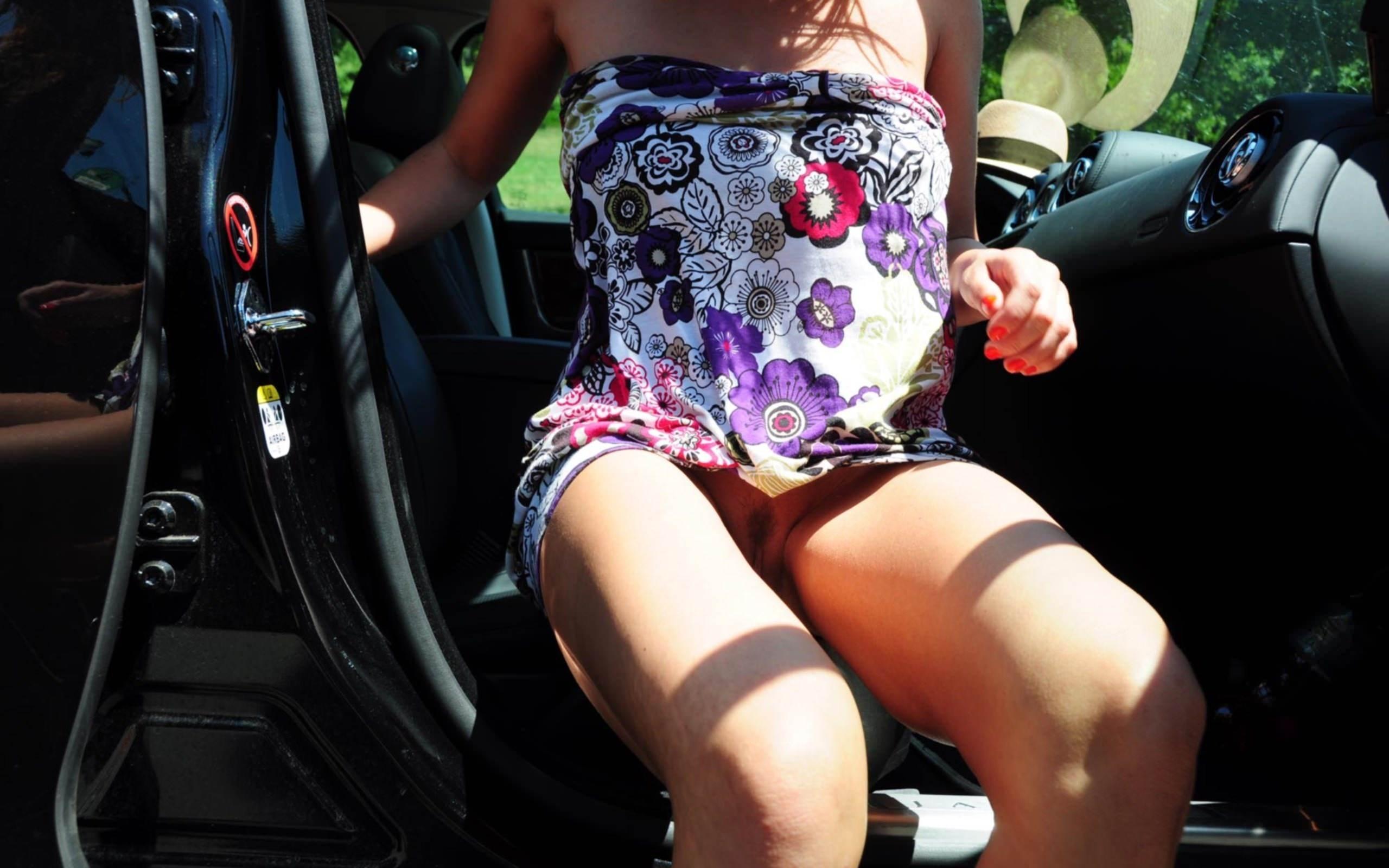 Фото Девушка без трусиков в коротком ярком платье выходит из авто, скачать картинку бесплатно