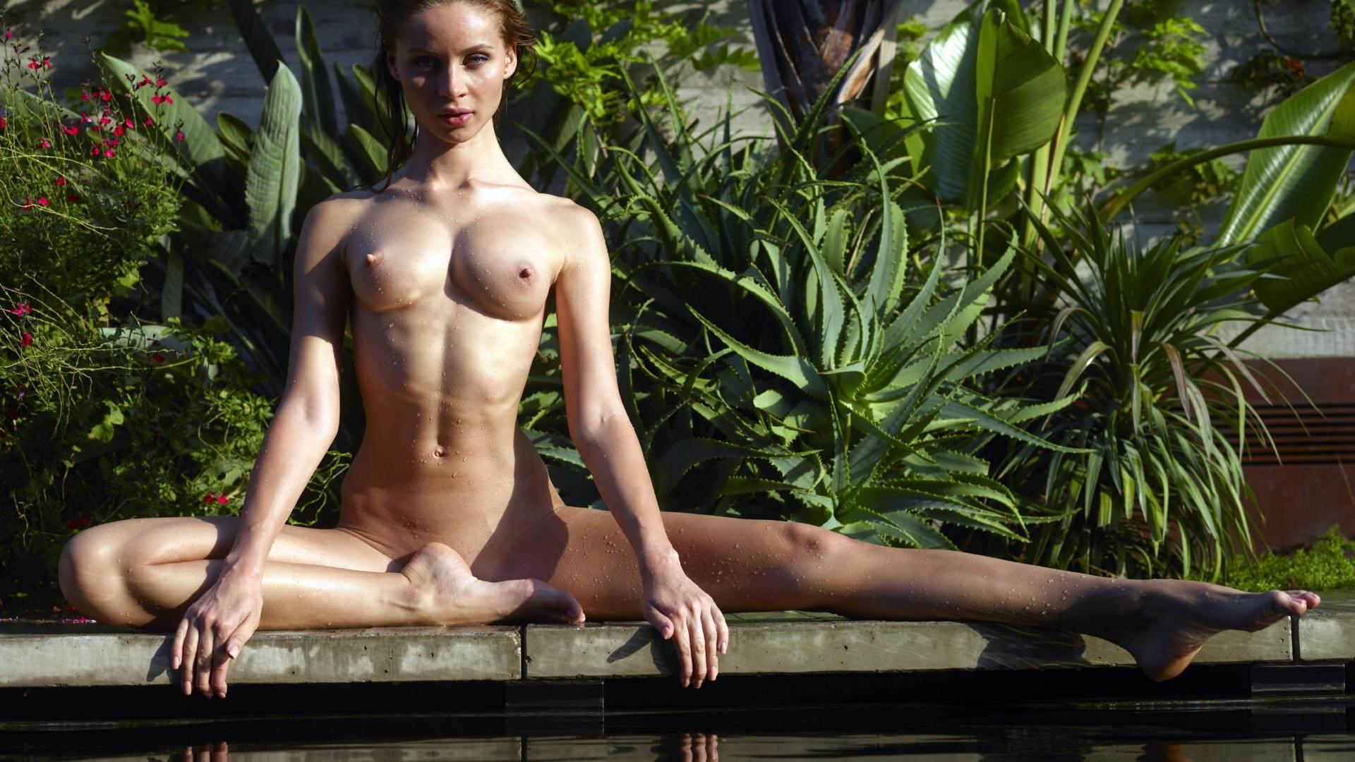Фото Голая девушка медитирует в зеленом саду, шикарное тело, вытянула ножку, упругая грудь, скачать картинку бесплатно