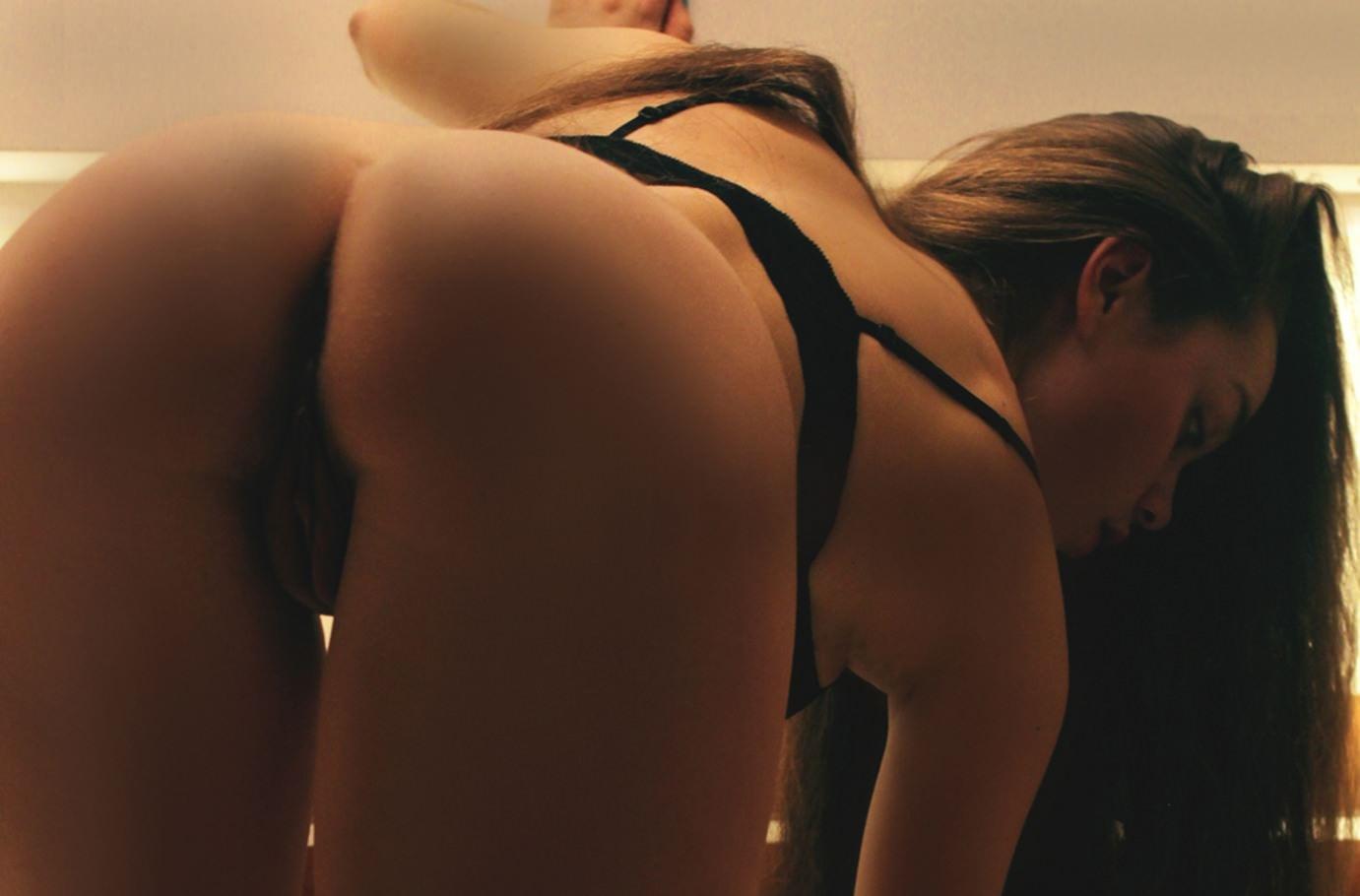 Фото Девушка сняла трусики и наклонилась в спальне, черный лифчик на очереди, скачать картинку бесплатно