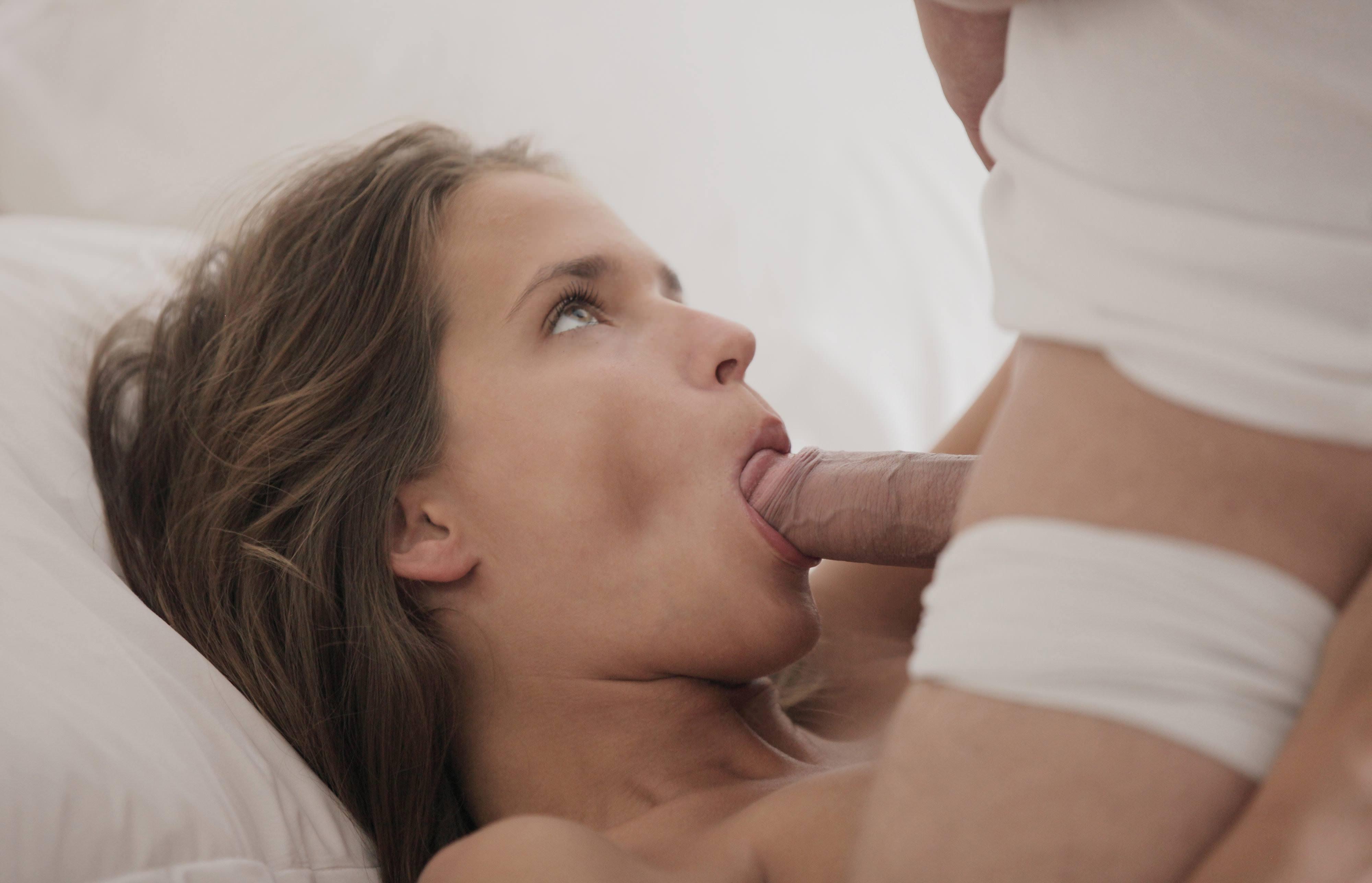 Фото Парень сунул член в рот спящей девушки, Катя Гловер делает минет, девушка нежно обхватила член губками в постели, скачать картинку бесплатно