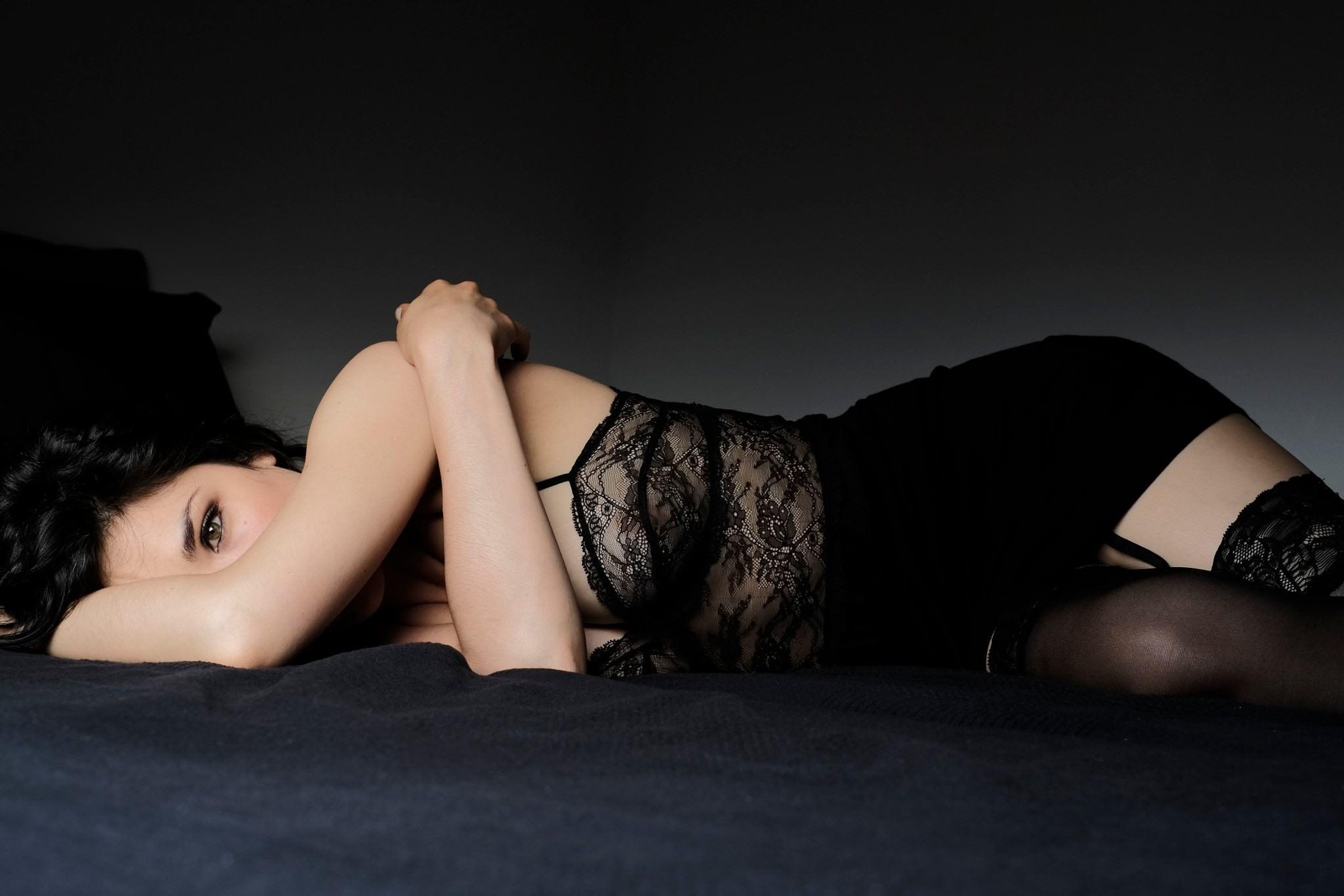 Фото Страстная брюнетка в черном эротическом белье и чулочках, черная облегающая юбка, скачать картинку бесплатно