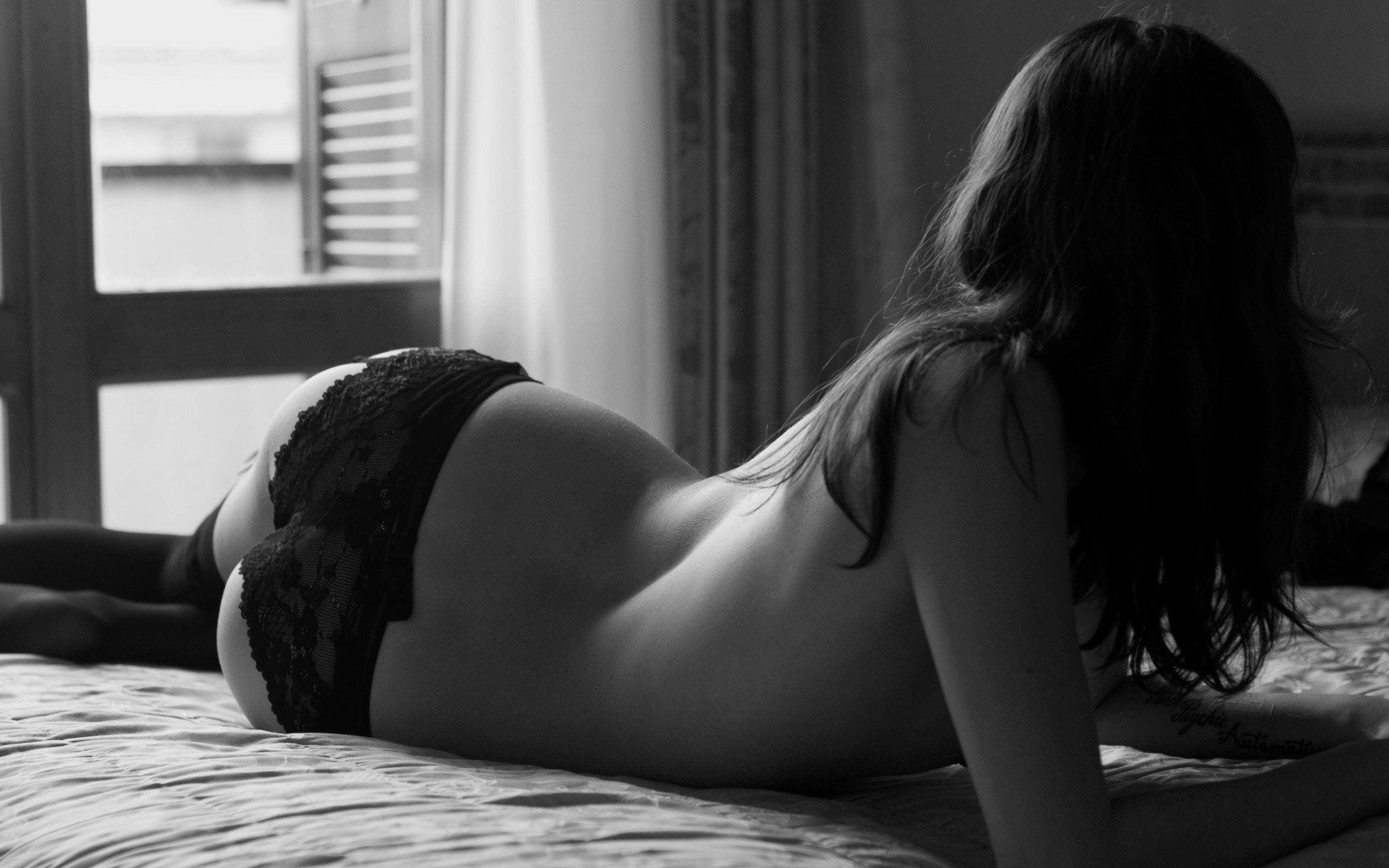 Фото Черные кружевные трусики на попе, брюнетка в постели, черно-белая эротика, скачать картинку бесплатно
