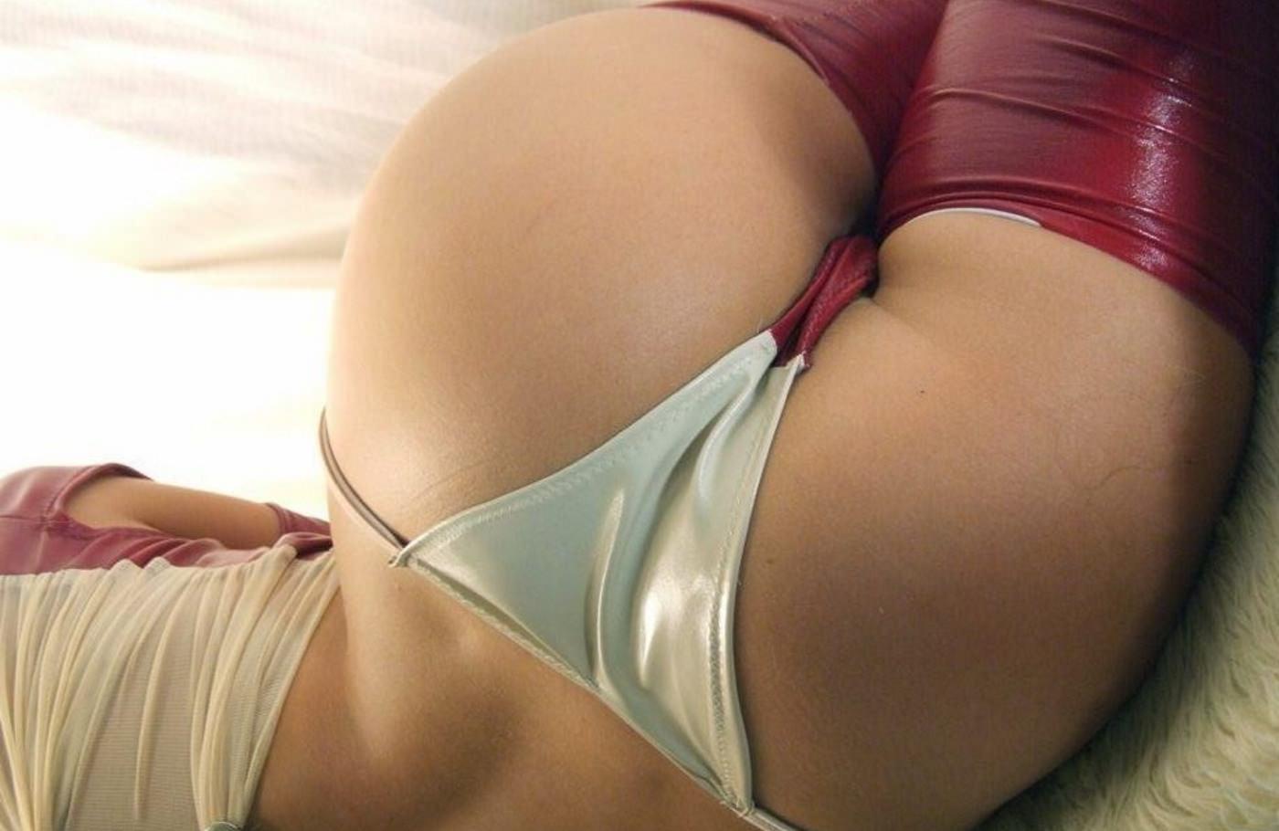Фото Сексуальная попка в красно-белых трусиках, аппетитные ягодицы, красный латекс, скачать картинку бесплатно