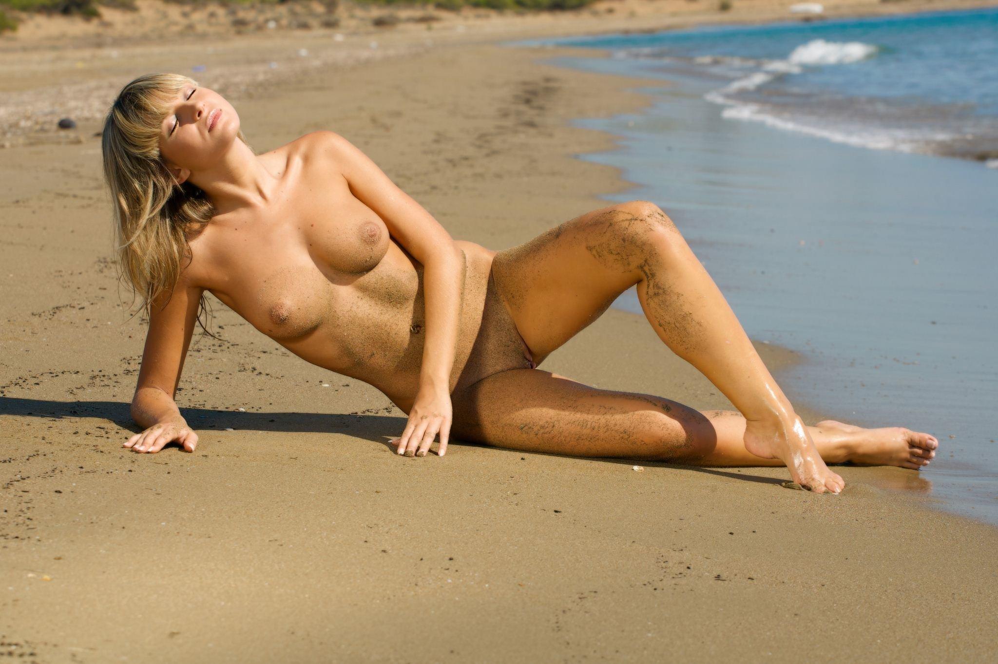 Фото Обнаженная блондинка на мокром песке, море, пляж, мокрые ножки в песочке, скачать картинку бесплатно