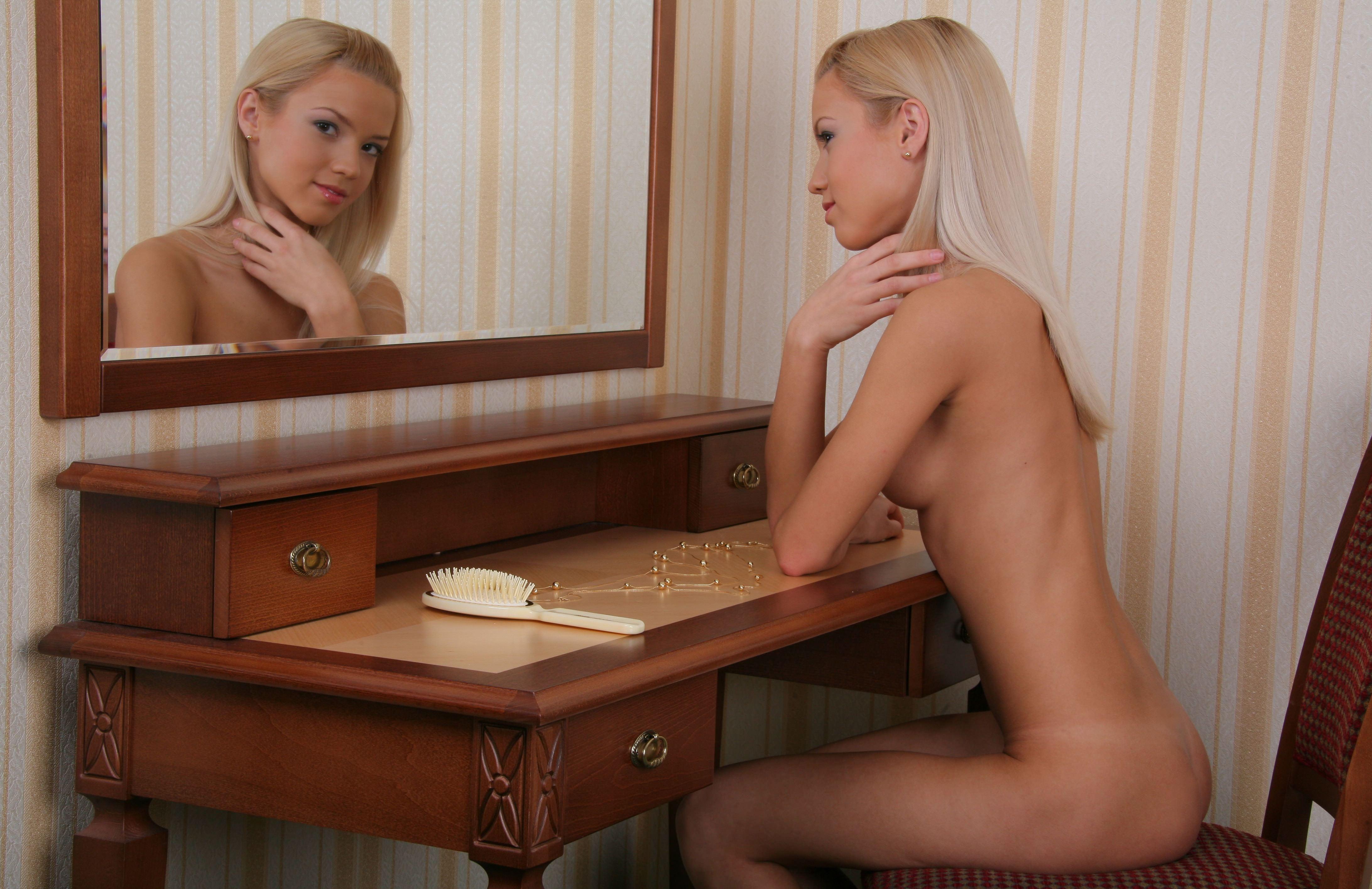 Фото Голая белокурая красотка за столом, расческа, зеркало, бусы, скачать картинку бесплатно