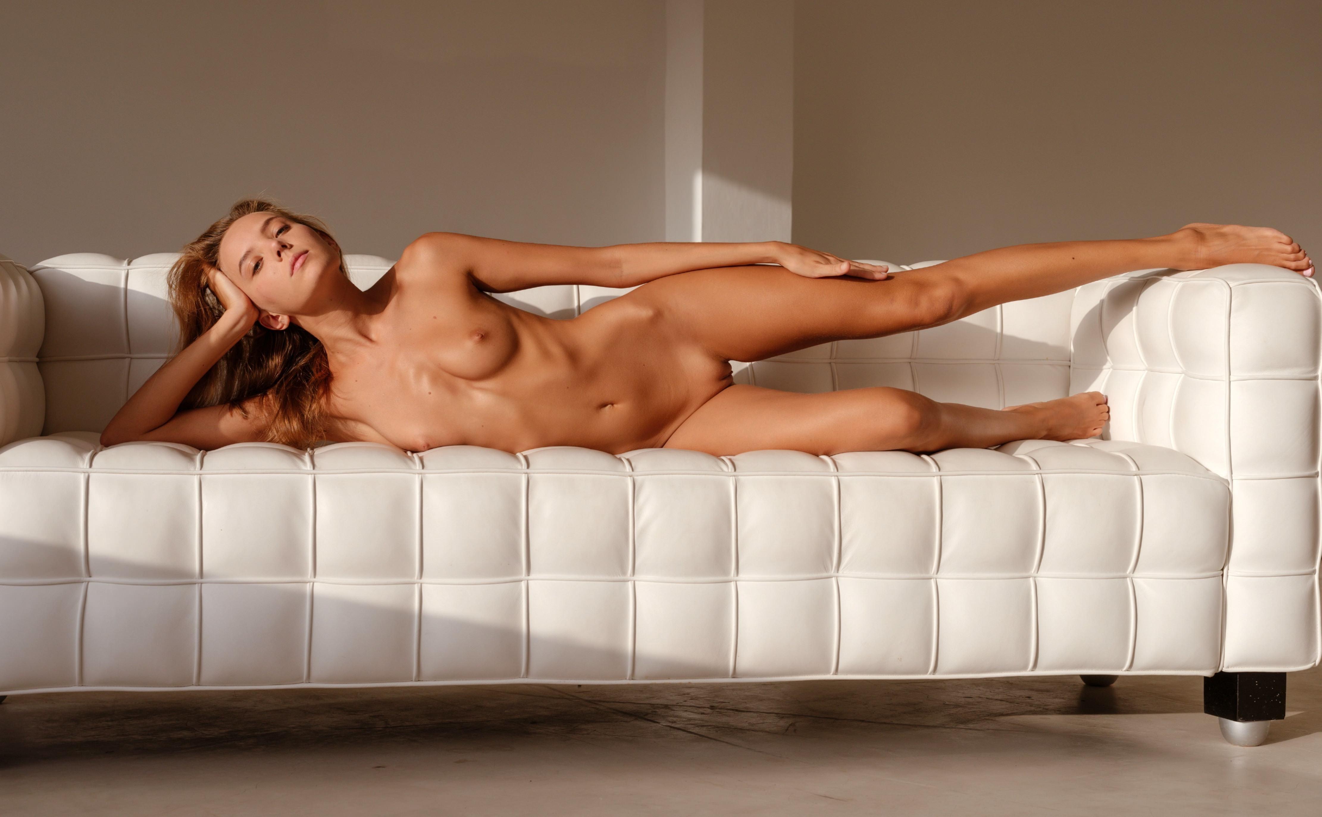 Фото Обнаженная красивая девушка на белом диване, сексуальное загорелое тело, Катя Гловер, скачать картинку бесплатно