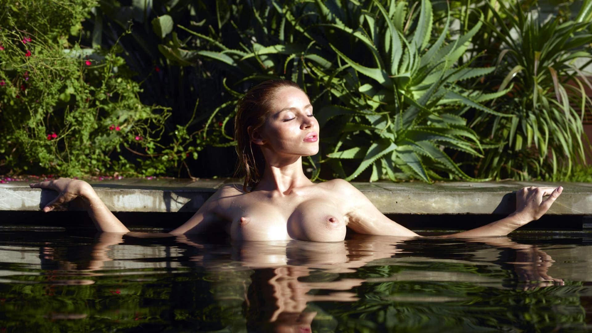 Фото Обнаженная девушка наслаждается купанием в бассейне, сад, мокрые красивые сиськи вылезли из воды, скачать картинку бесплатно