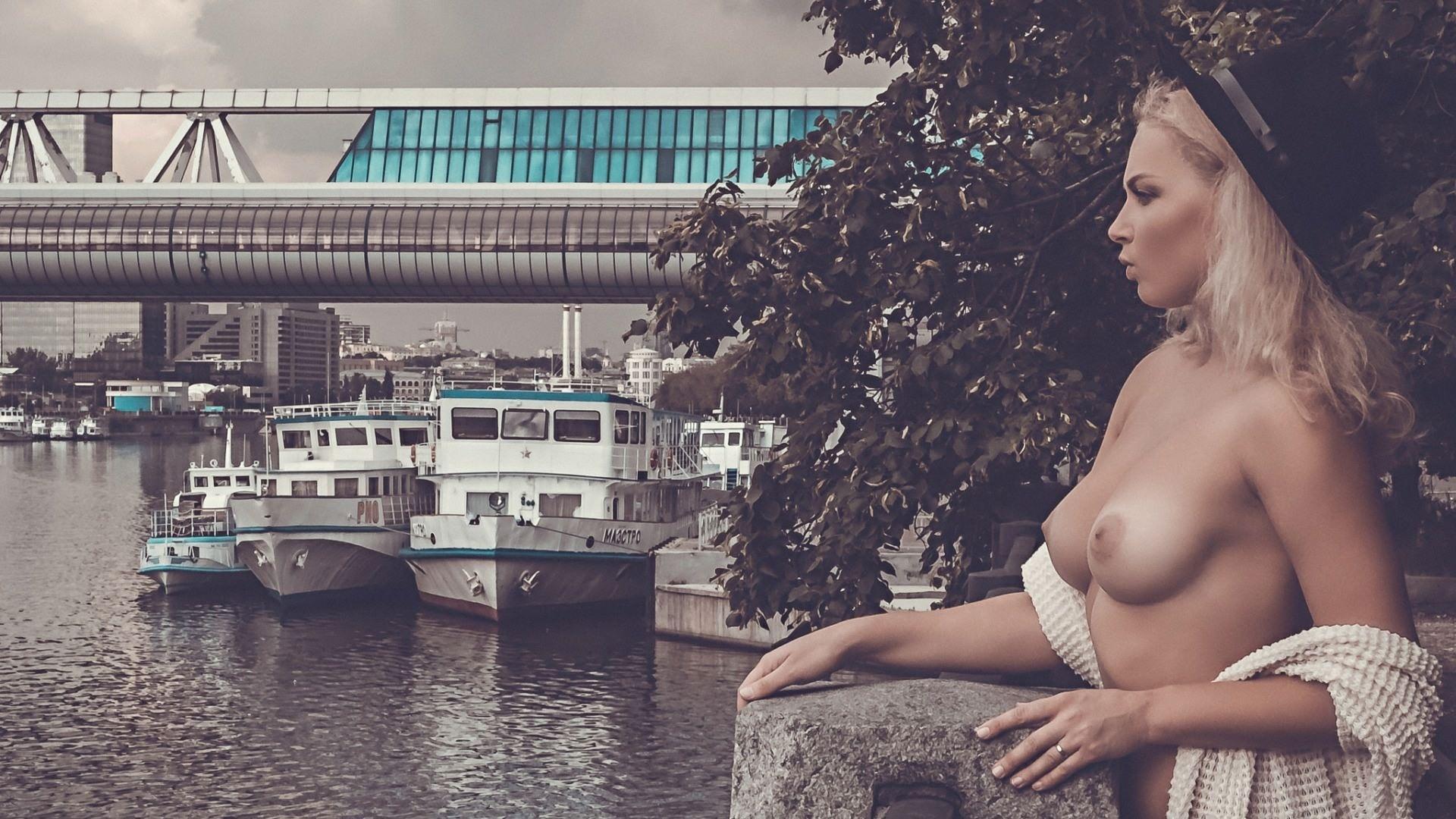 Фото Блондинка в шляпке, обнаженная грудь, яхты, корабли, мост, река, скачать картинку бесплатно