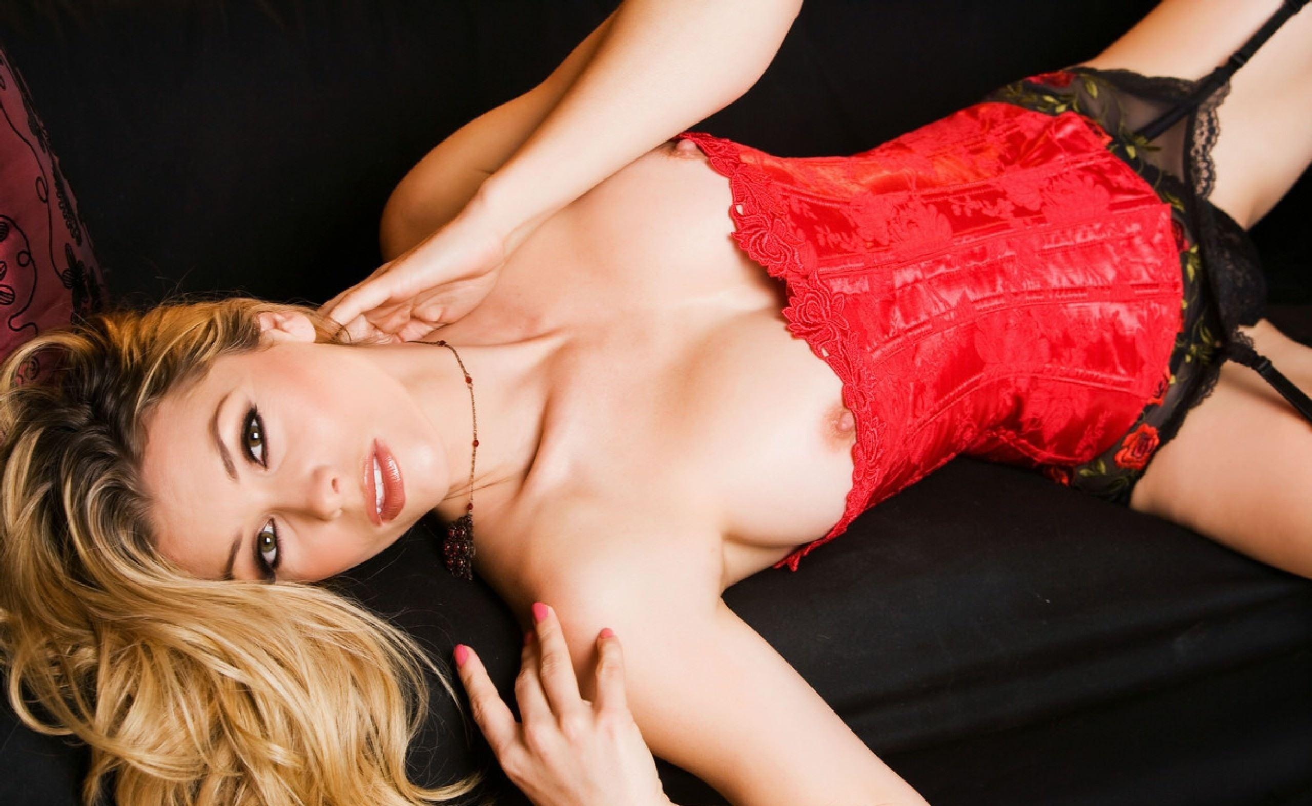 Фото Сексапильная девушка в красном корсете, соски выглядывают, скачать картинку бесплатно