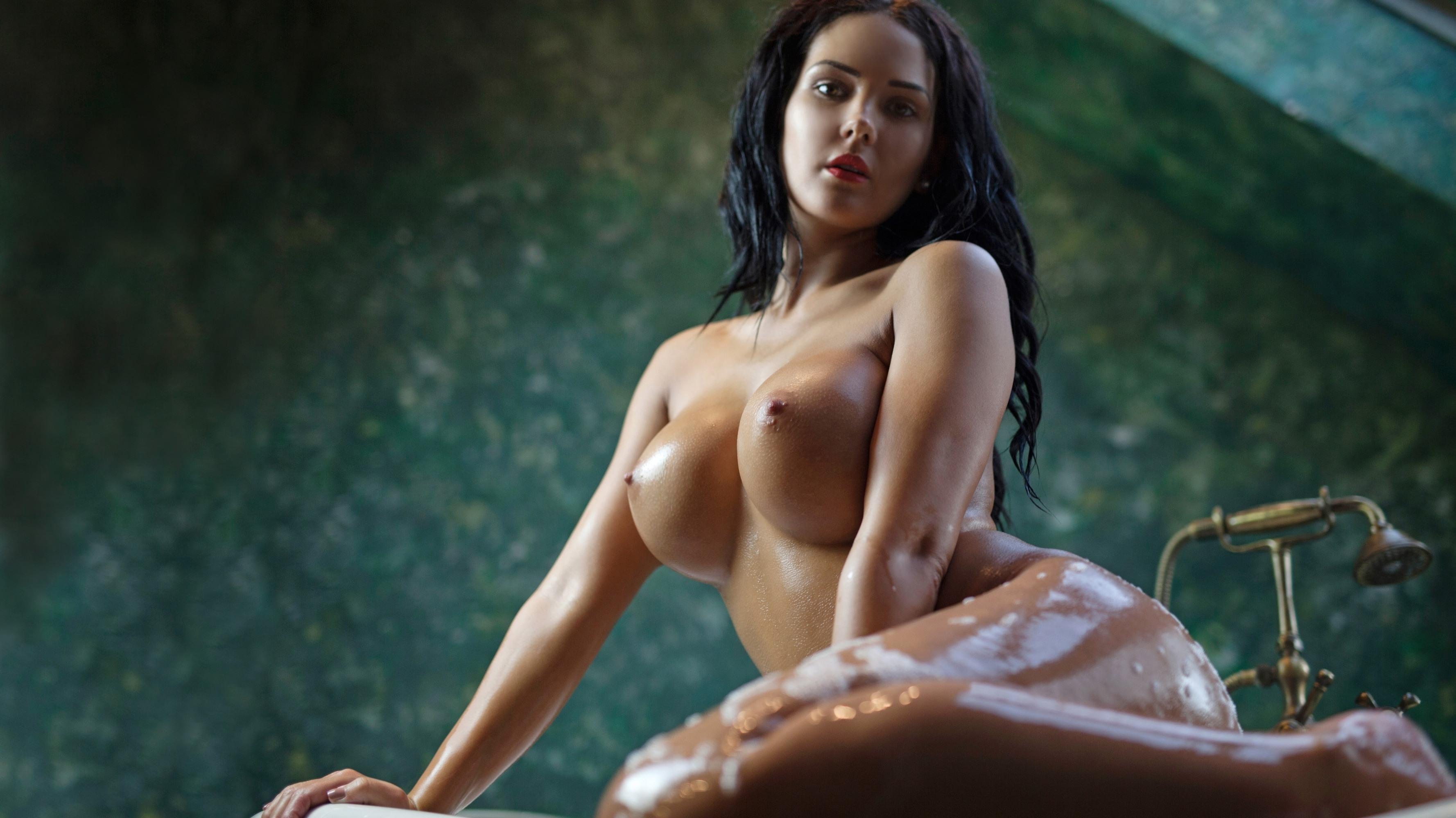 Фото Мокрые большие сиськи, влажная соблазнительная брюнетка выходит из ванны, классные сиськи, мокрые сочные ляжки, скачать картинку бесплатно