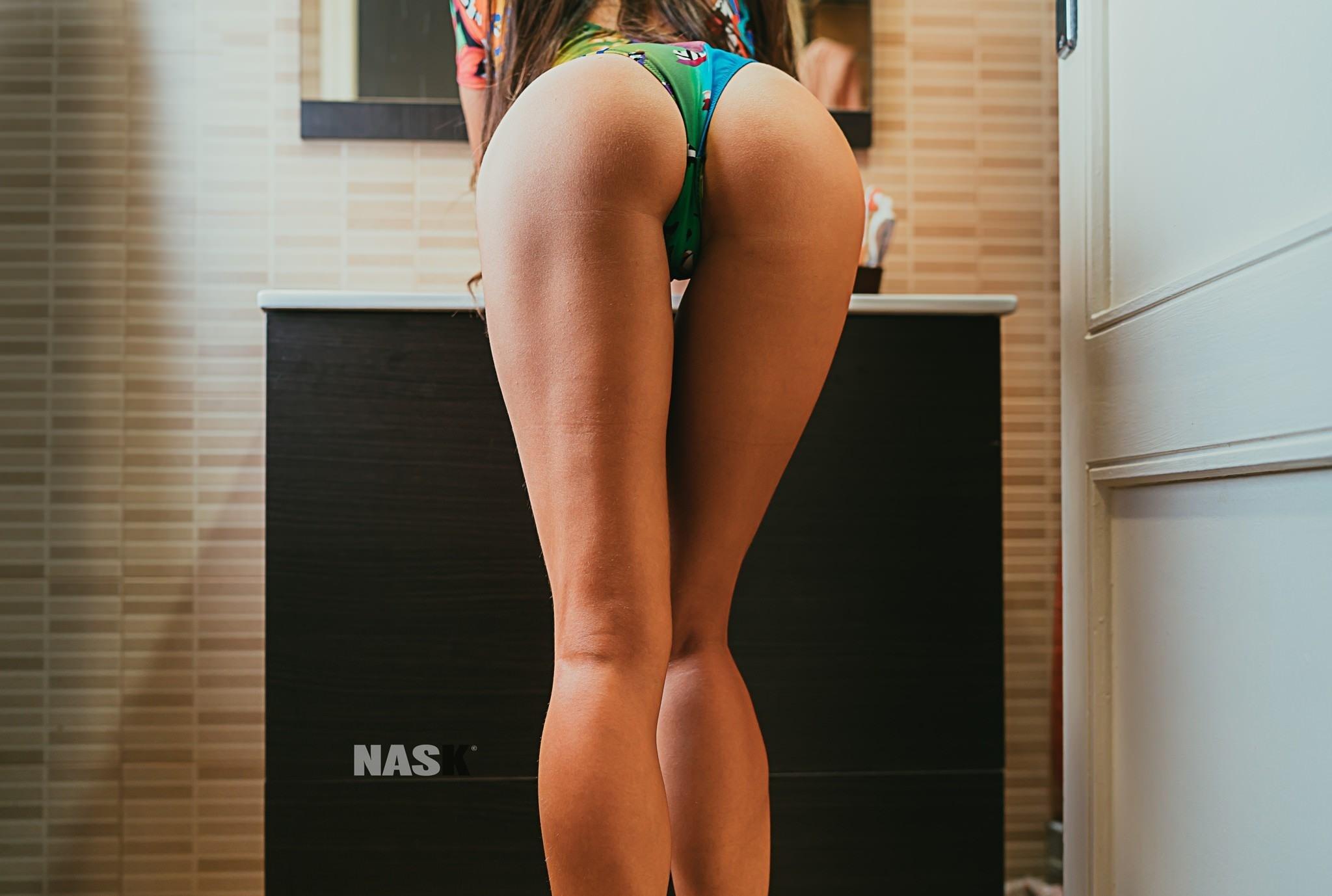 Фото Длинноногая девушка в туалете перед зеркалом, сексуальная попка в зеленых трусиках, скачать картинку бесплатно
