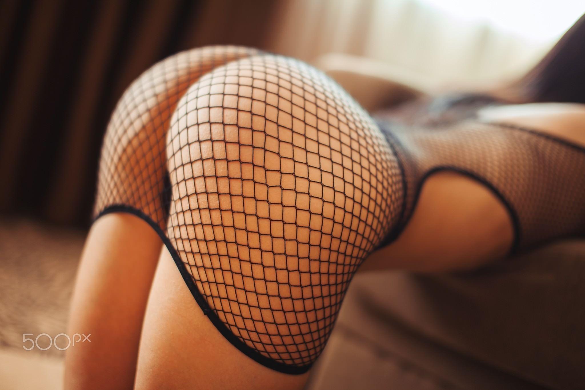 Фото Сексуальная попка в сетчатом боди, девушка встала раком перед диваном, эротично вытянув попу, шикарные булки, круглая прекрасная попка, скачать картинку бесплатно