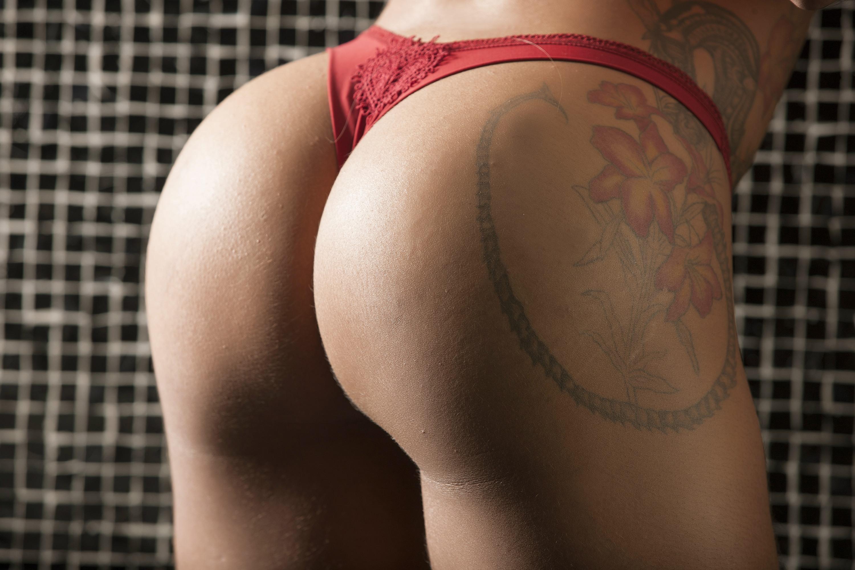 Фото Тренированная аппетитная задница, попка в красных стрингах, тату на попе, скачать картинку бесплатно