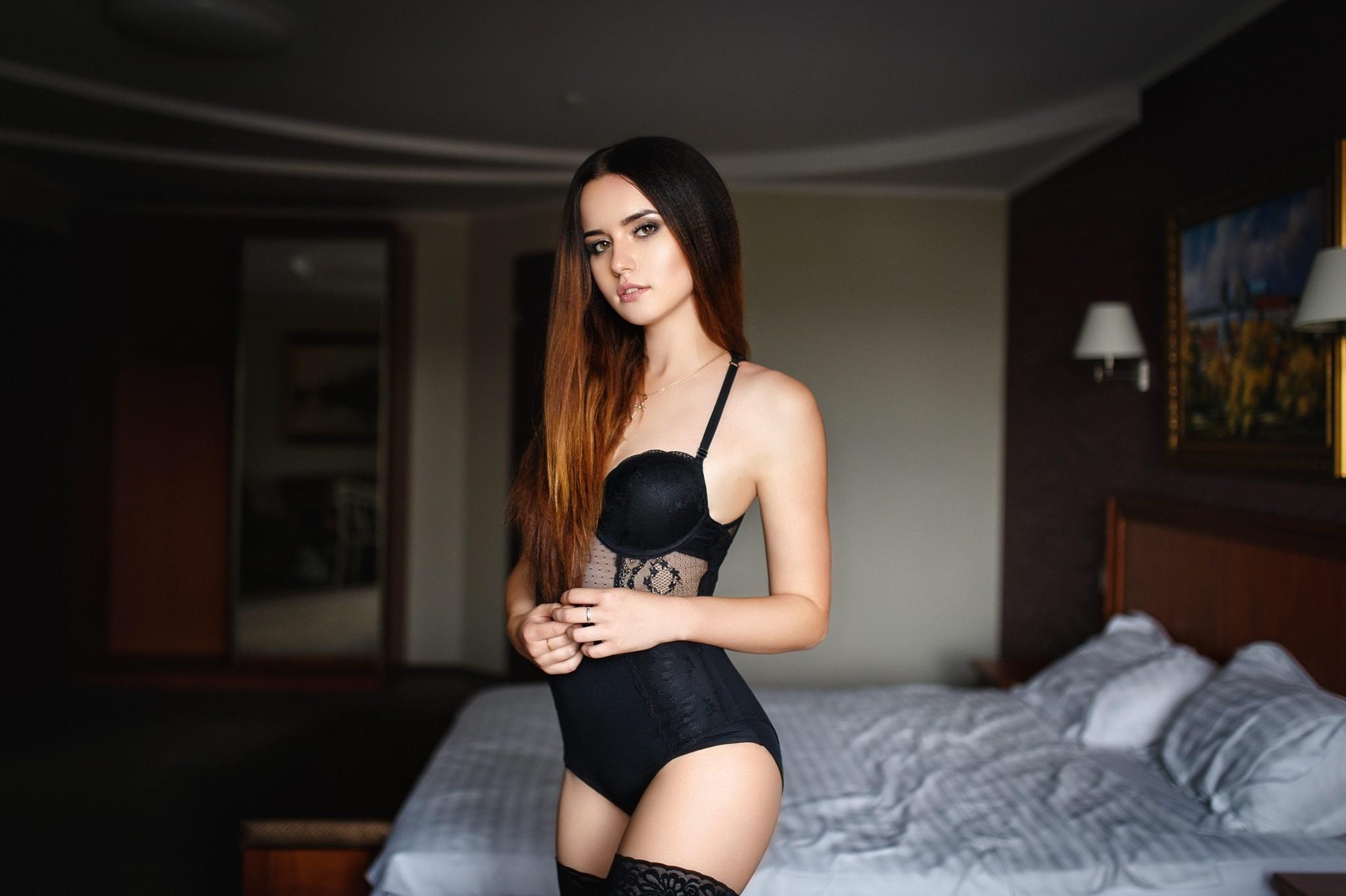Фото Красивая девушка в черном боди и чулочках в спальне, красивая фигура, скачать картинку бесплатно
