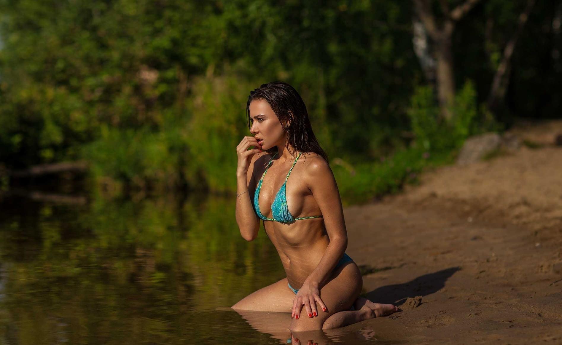 Фото Горячая загорелая девушка в голубом купальнике, сексуальное тело, мокрый песок, озеро, соблазн, мокрая брюнетка на природе, скачать картинку бесплатно