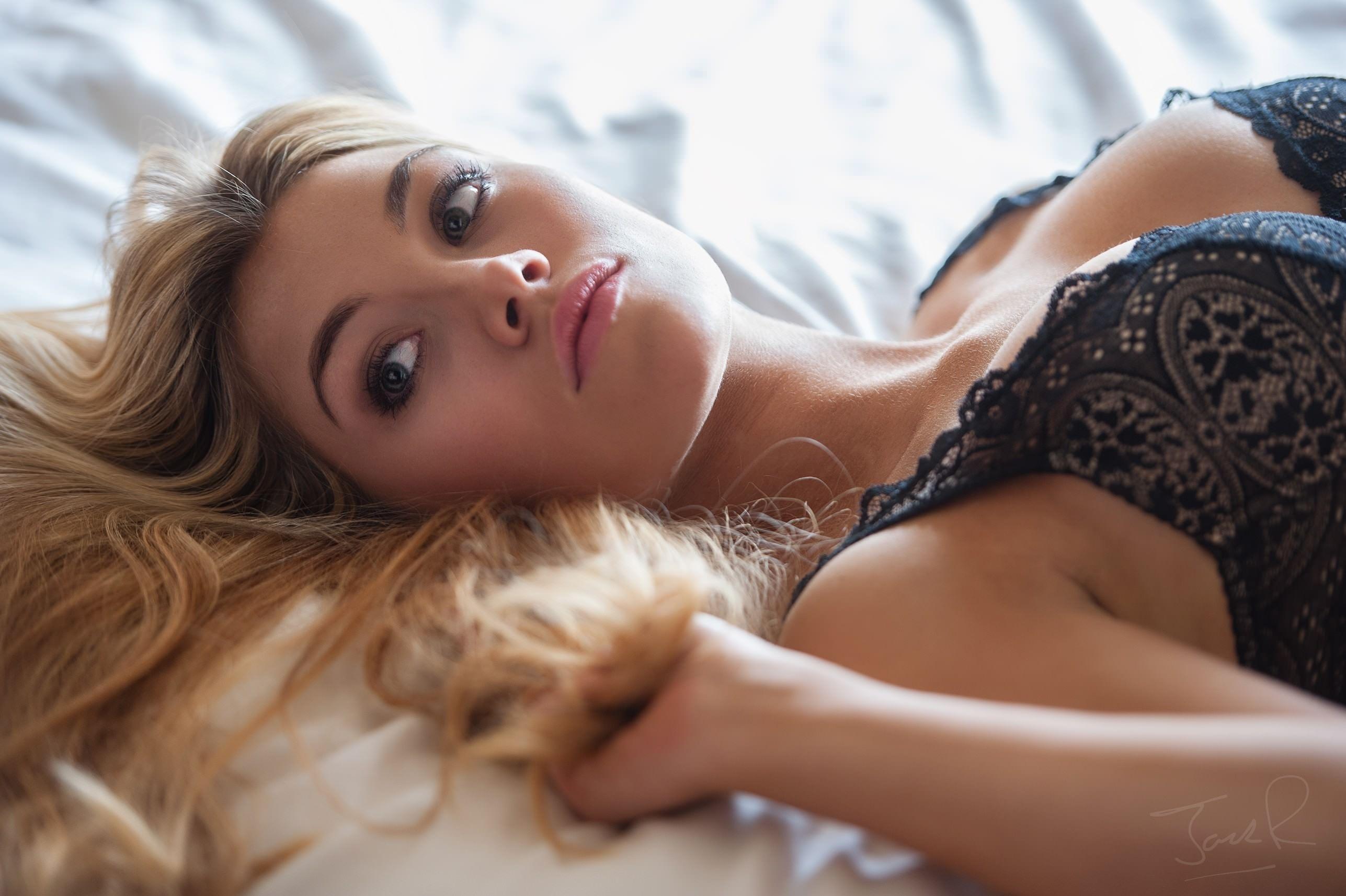 Фото Соблазнительная блондинка в черном лифчике, сладкие губки, красивые глазки, скачать картинку бесплатно