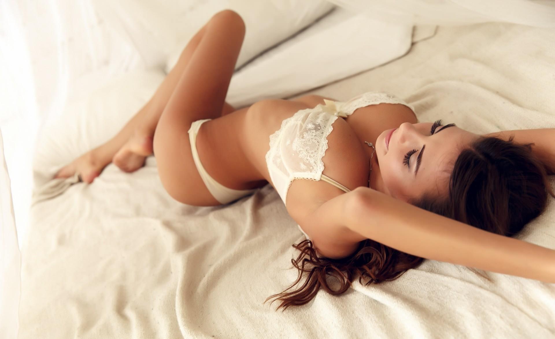 Фото Сексуальная брюнетка в белом нижнем белье, красивый лифчик, постель, скачать картинку бесплатно