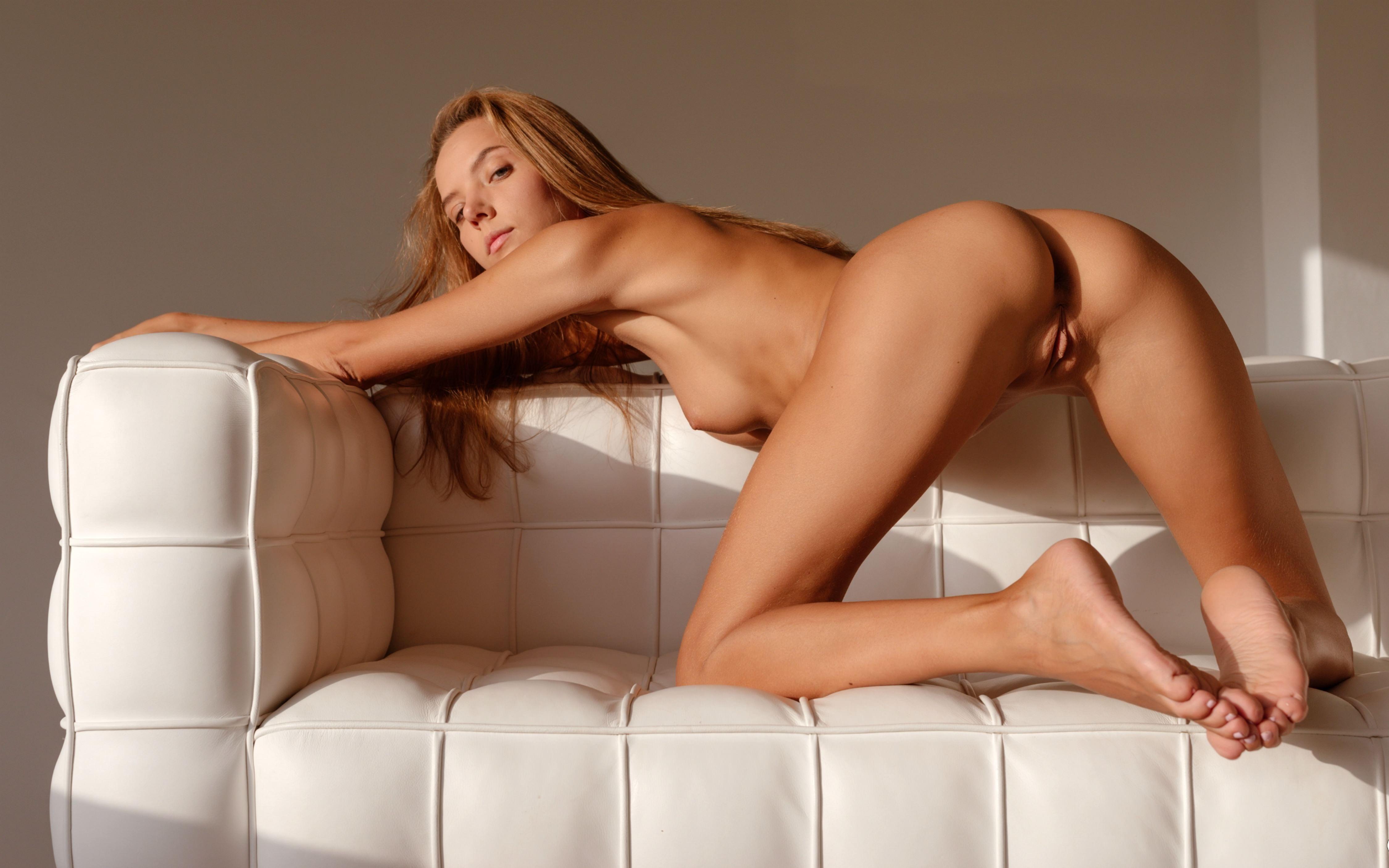Фото Голая загорелая девушка раком ни белом кожаном диване, секси попа, скачать картинку бесплатно