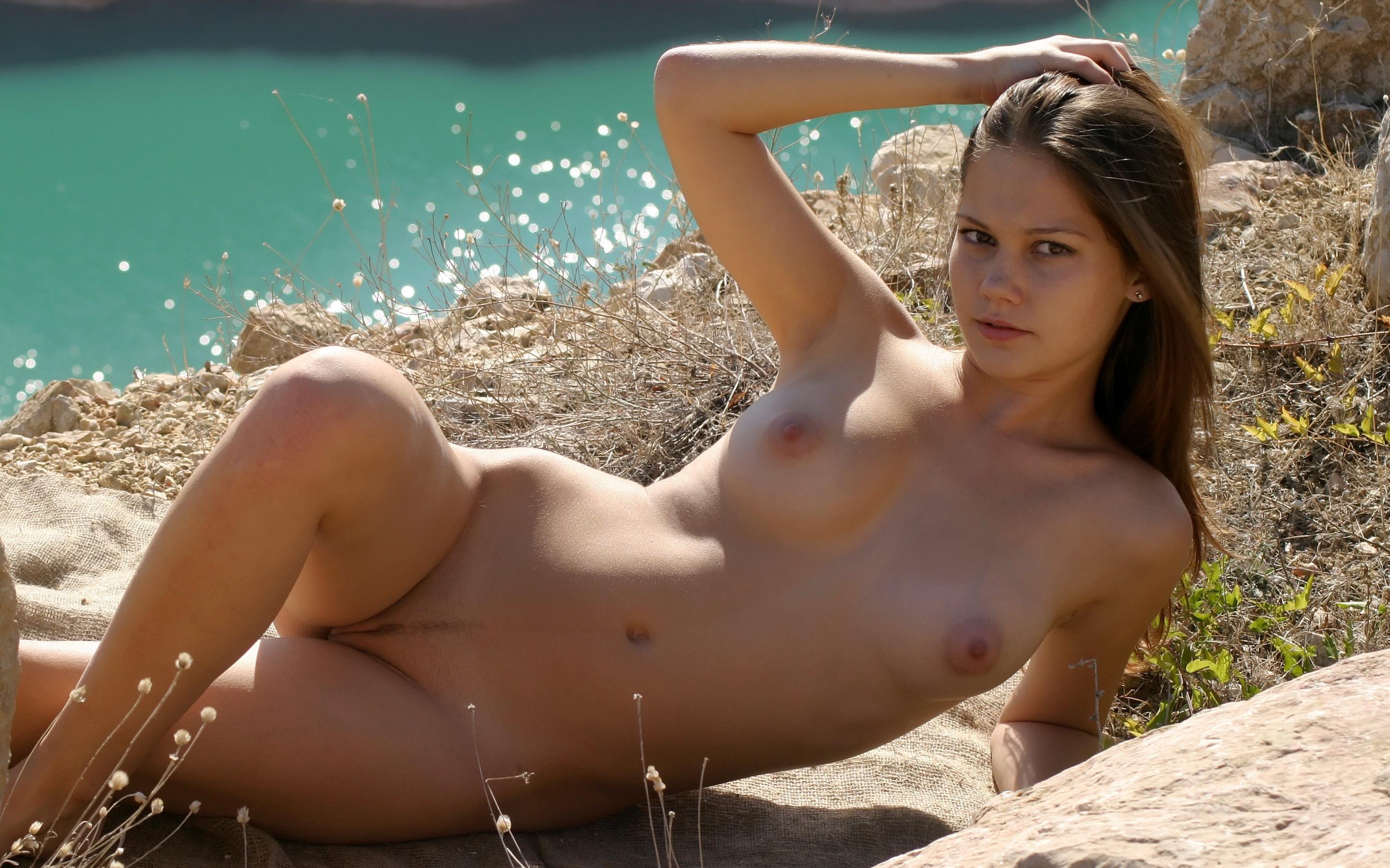 Фото Голая девка на траве, река, интимная стрижка полоска, скачать картинку бесплатно