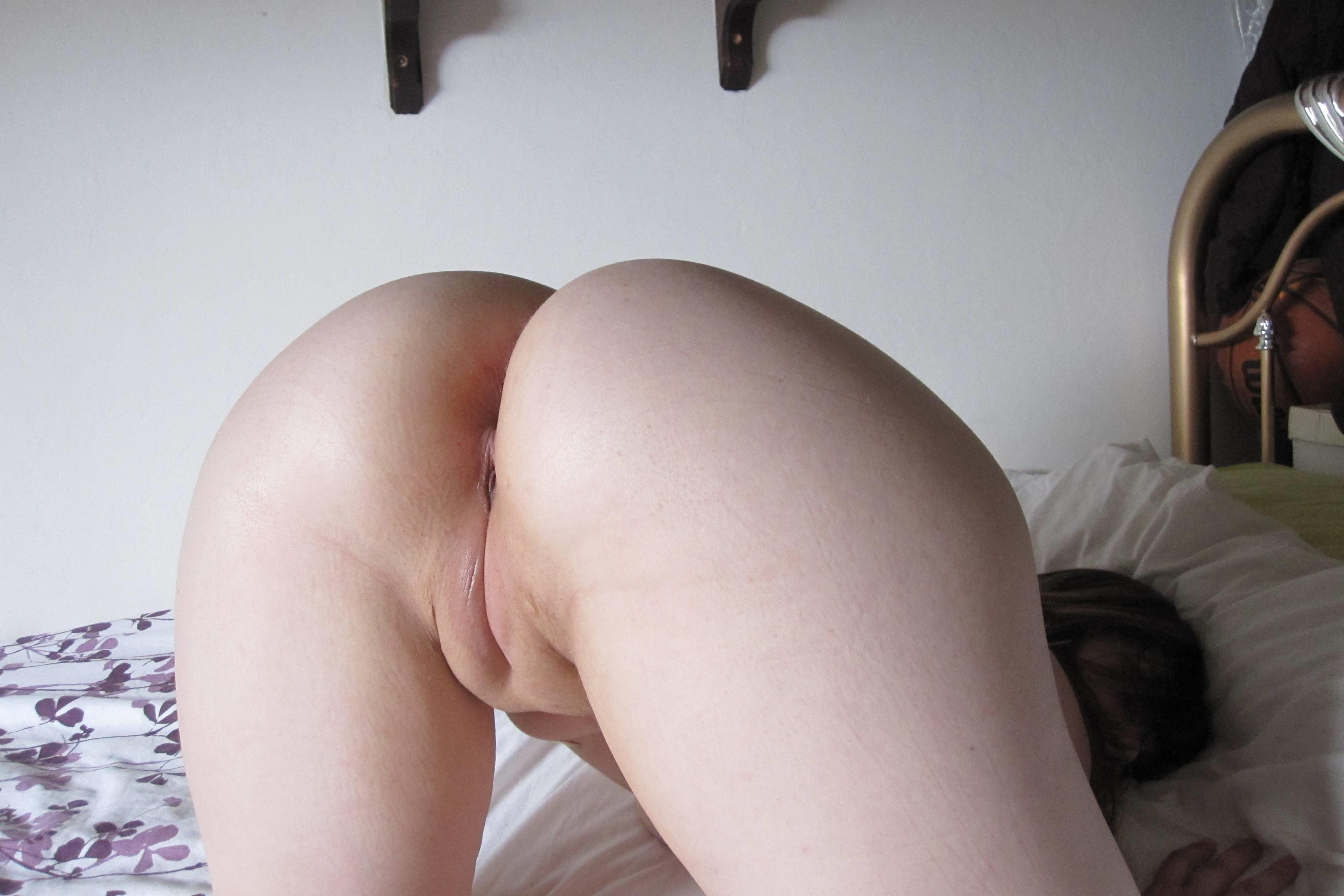 Фото Аппетитная попка, девка раком в постели, нежная выбритая щелка, хребты, булки, холмы, скачать картинку бесплатно